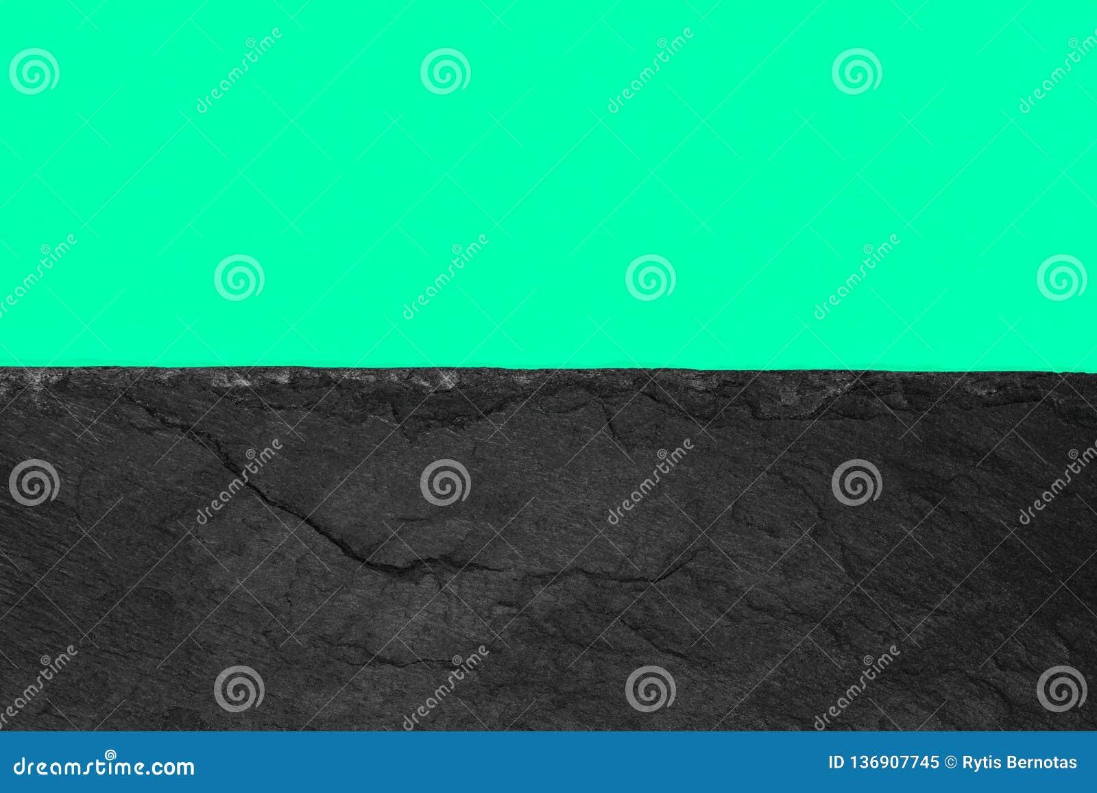 Αφηρημένη σύνθεση υποβάθρου διαιρεσμένος στο μισό ζωηρό μαλακό πράσινο έγγραφο χρώματος και τη μαύρη πέτρα με το διάστημα αντιγρά
