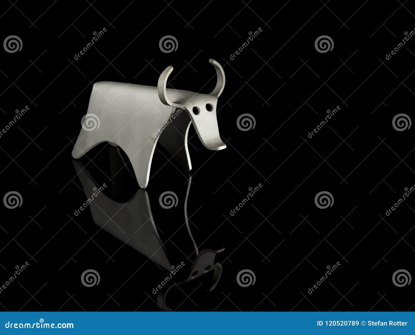 Αφηρημένο ειδώλιο ενός ταύρου φιαγμένου από καμμμένο φύλλο αλουμινίου