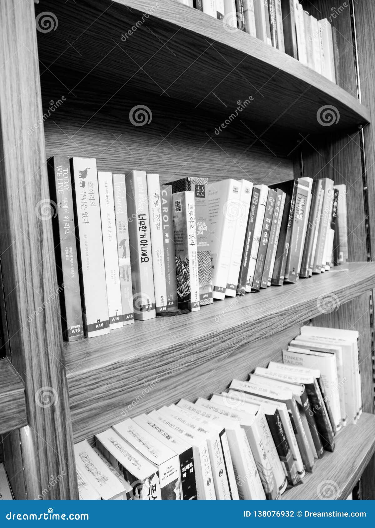 Αφθονία των βιβλίων σε ένα ράφι