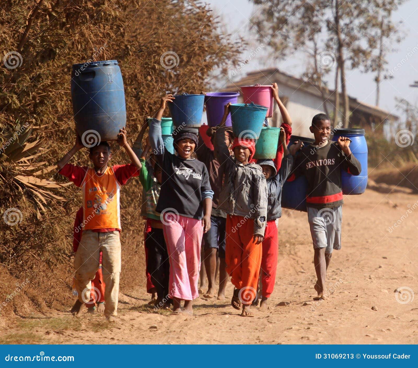 Αφρικανικά παιδιά που φέρνουν το νερό