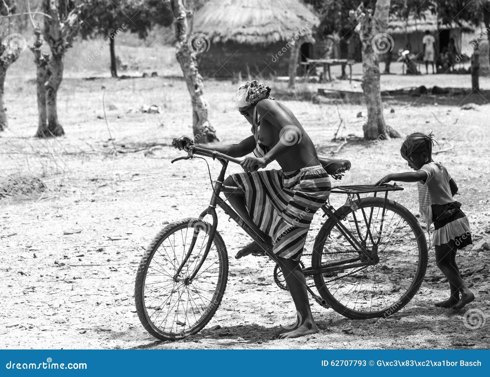 Αφρικανικό κορίτσι με ένα ποδήλατο