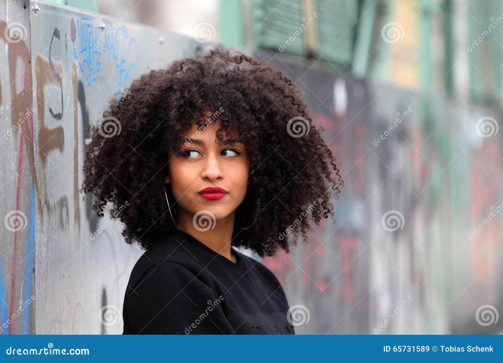 Αφρικανικό κορίτσι με τη σγουρή τρίχα