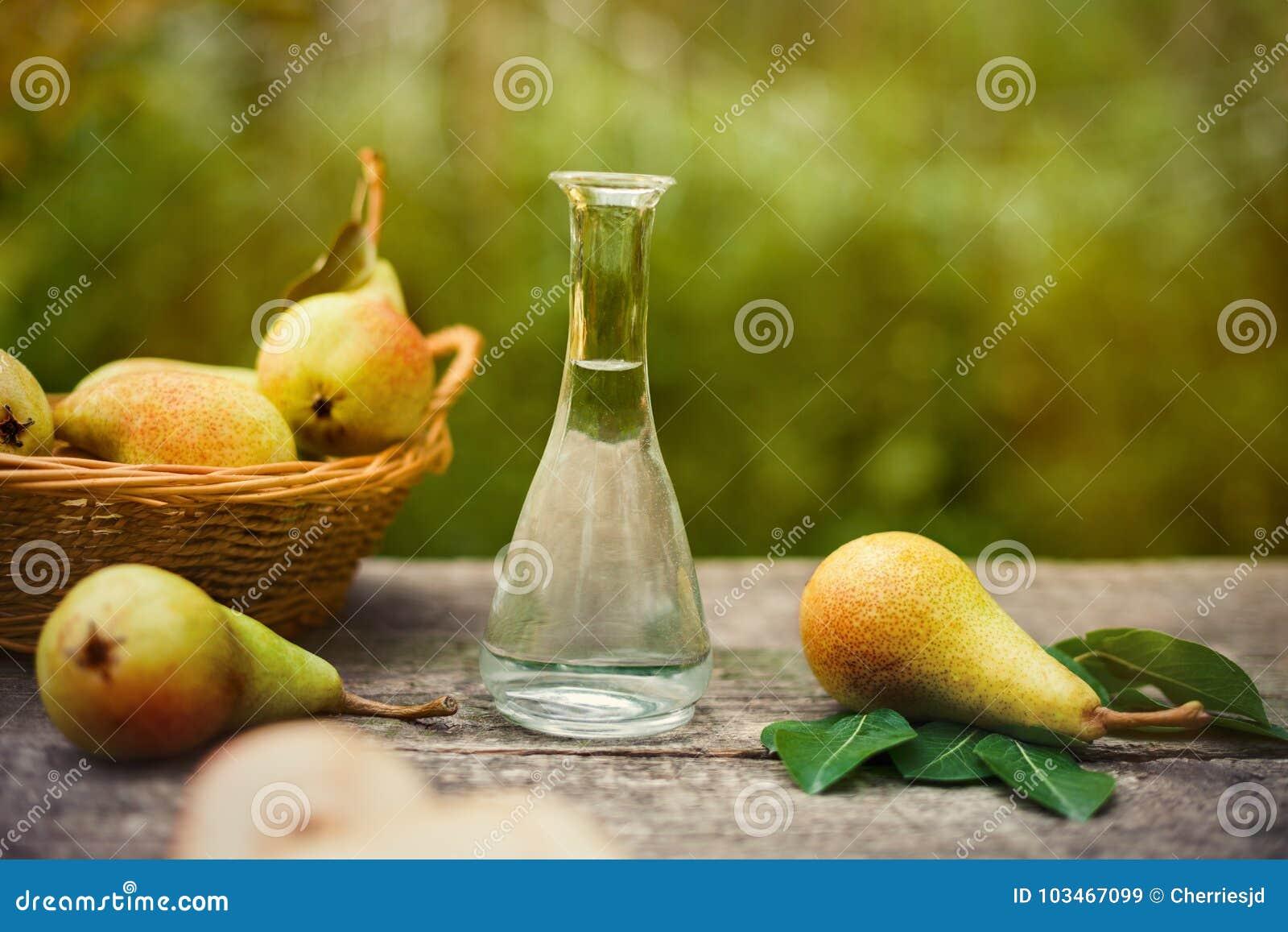 Αχλάδι με το μπουκάλι του κονιάκ φρούτων