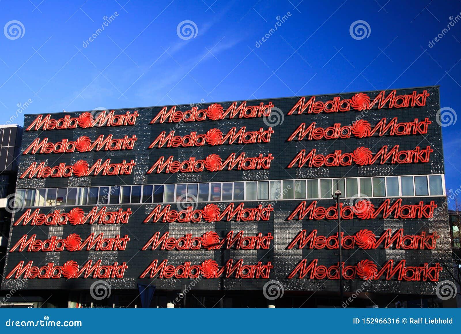 ΑΪΝΤΧΌΒΕΝ, ΚΑΤΩ ΧΏΡΕΣ - 16 ΦΕΒΡΟΥΑΡΊΟΥ 2019: Πρόσοψη του MEDIA Markt με τις κόκκινες επιστολές ενάντια στο μπλε ουρανό