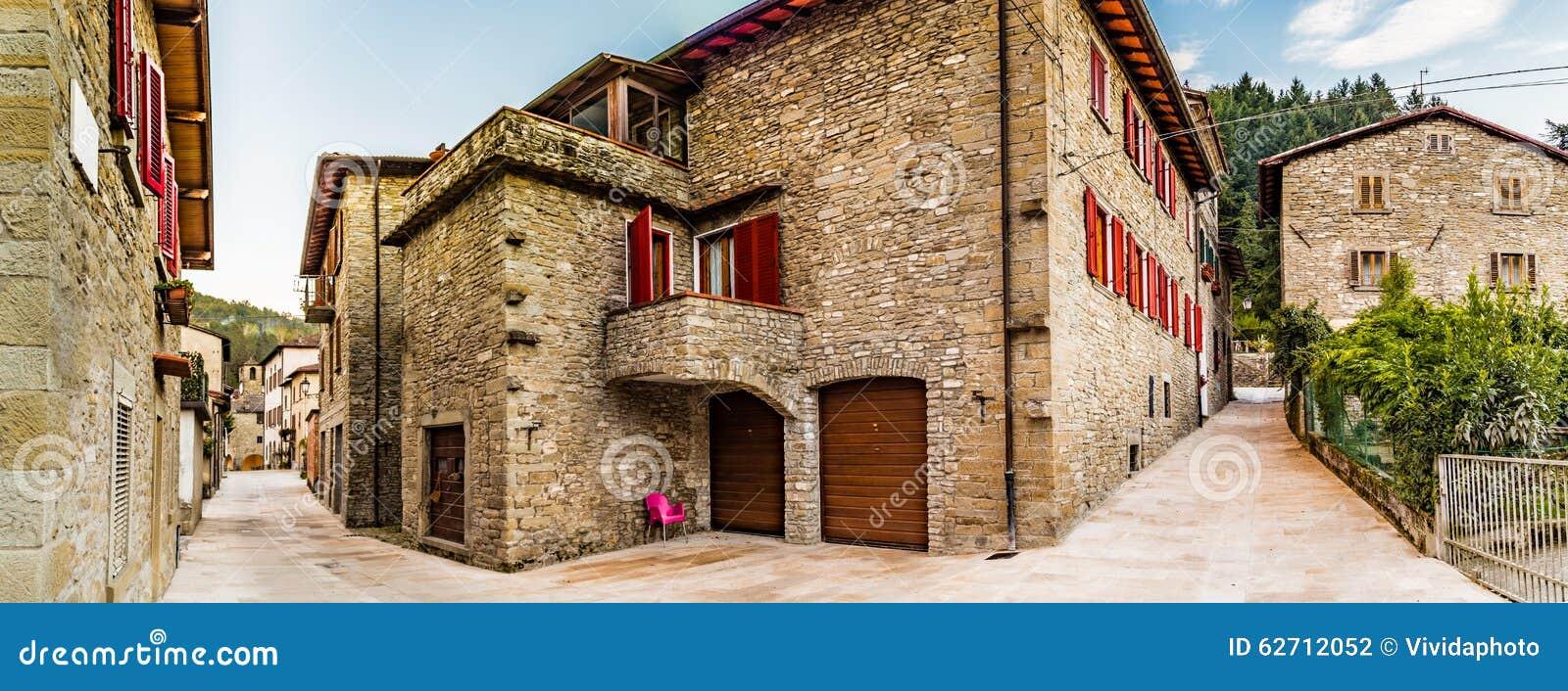 Αλέες του ορεινού χωριού στην Τοσκάνη
