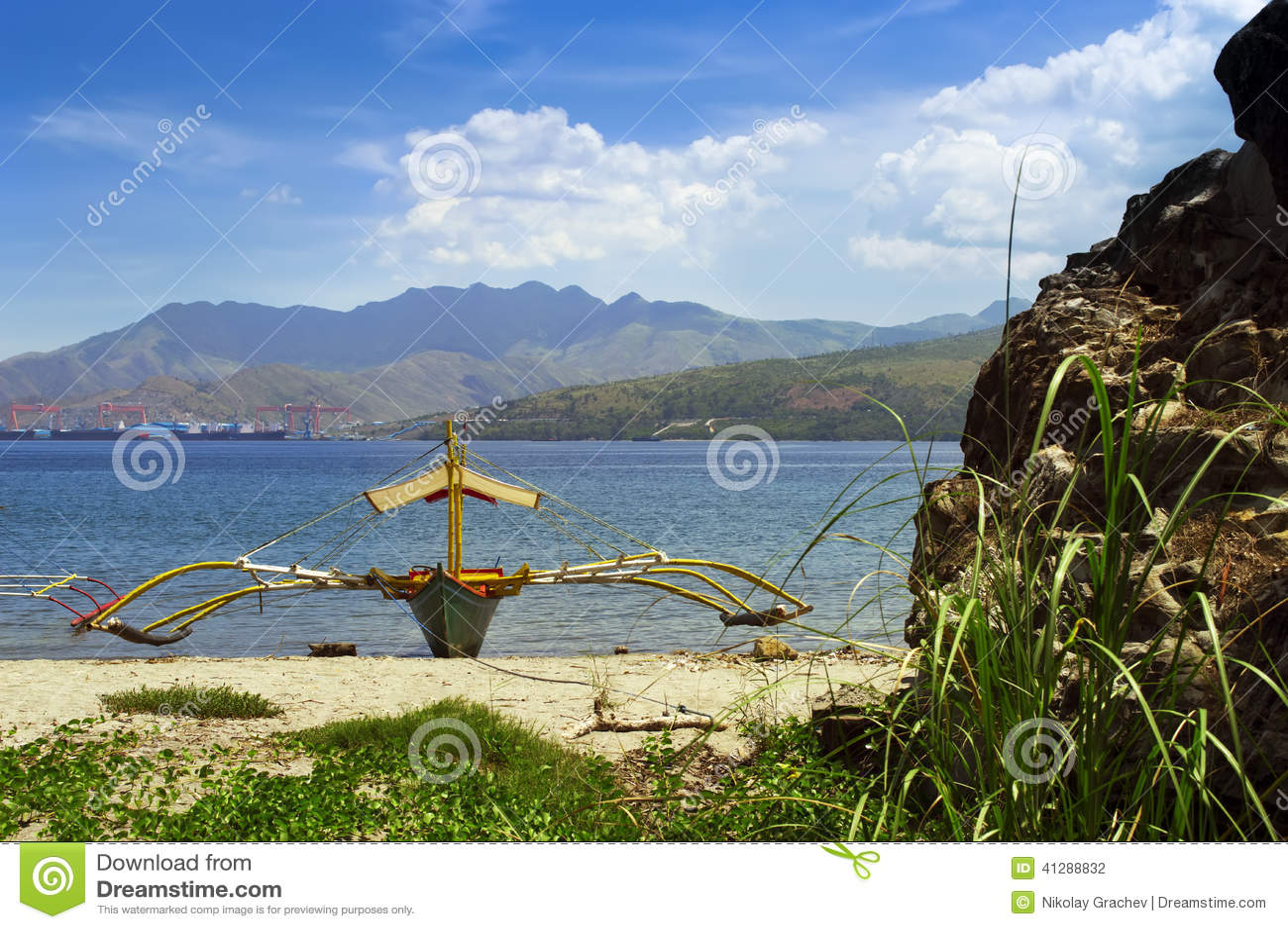 Αλιευτικό σκάφος των Φιλιππινών στην ακτή