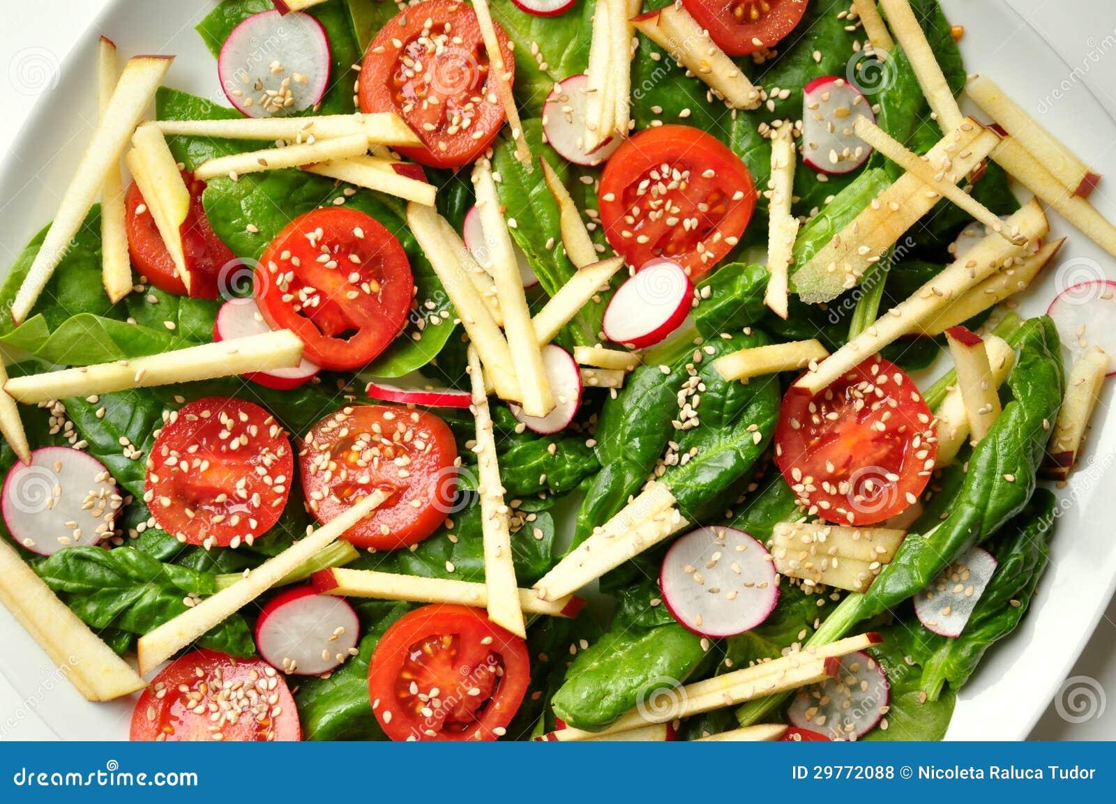 Vegan, υγιή τρόφιμα: σαλάτα σπανακιού, μήλων και σουσαμιού