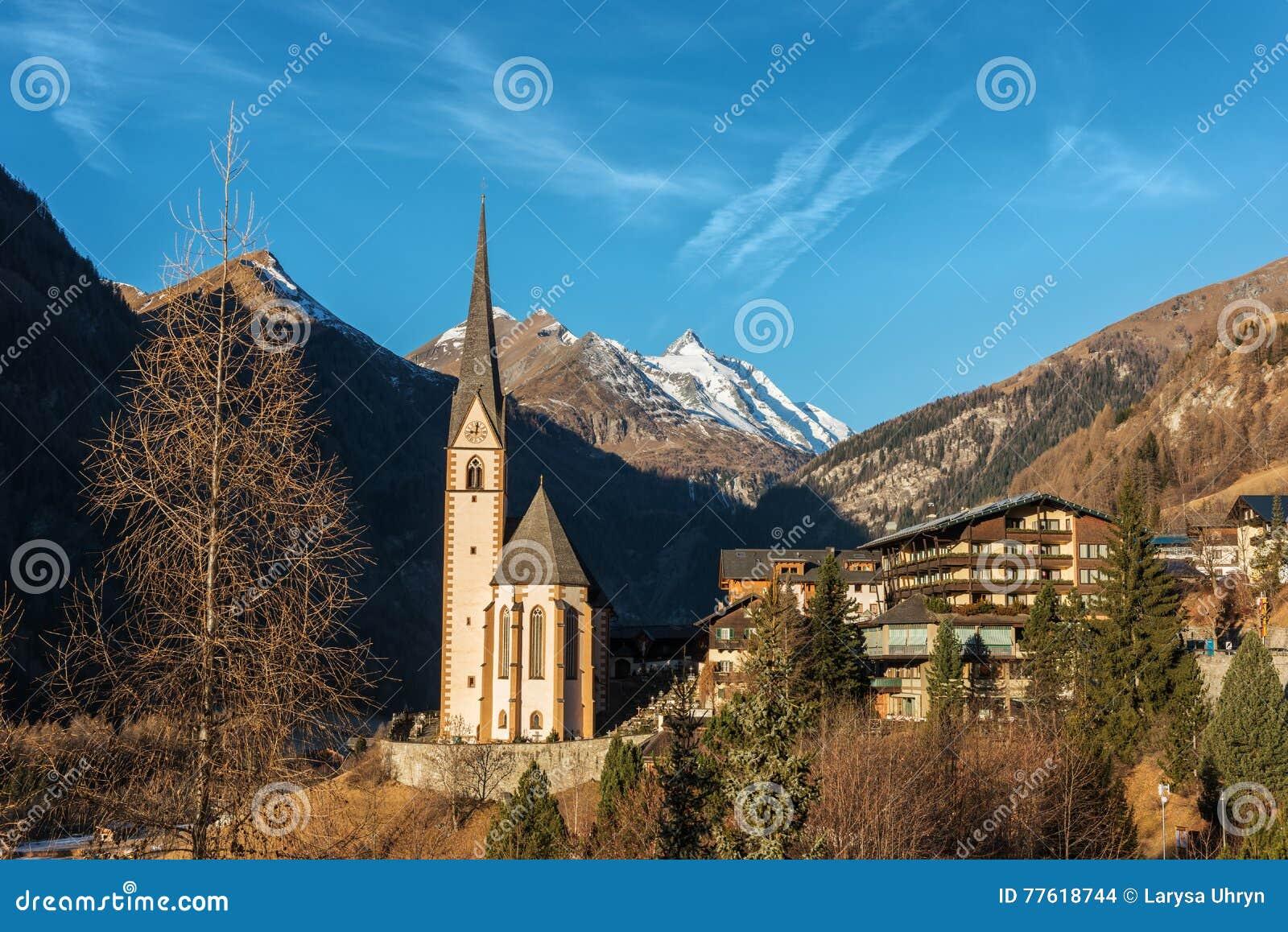Αλπικό χωριό με την όμορφους εκκλησία και το μπλε ουρανό προσκυνήματος
