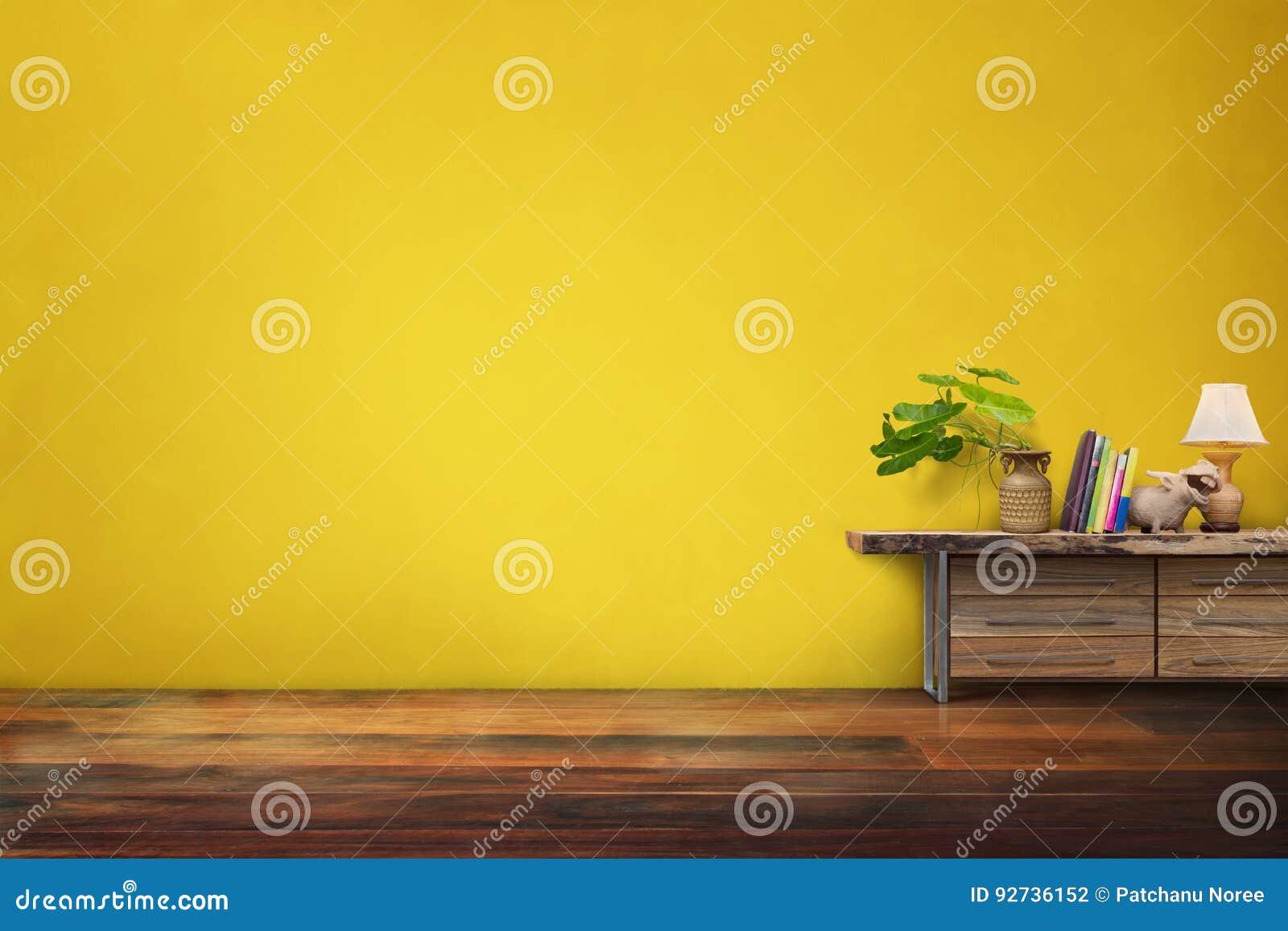 Βάζο αγγειοπλαστικής πράσινων εγκαταστάσεων στο συρτάρι ξύλινο στο κενό κίτρινο vinta