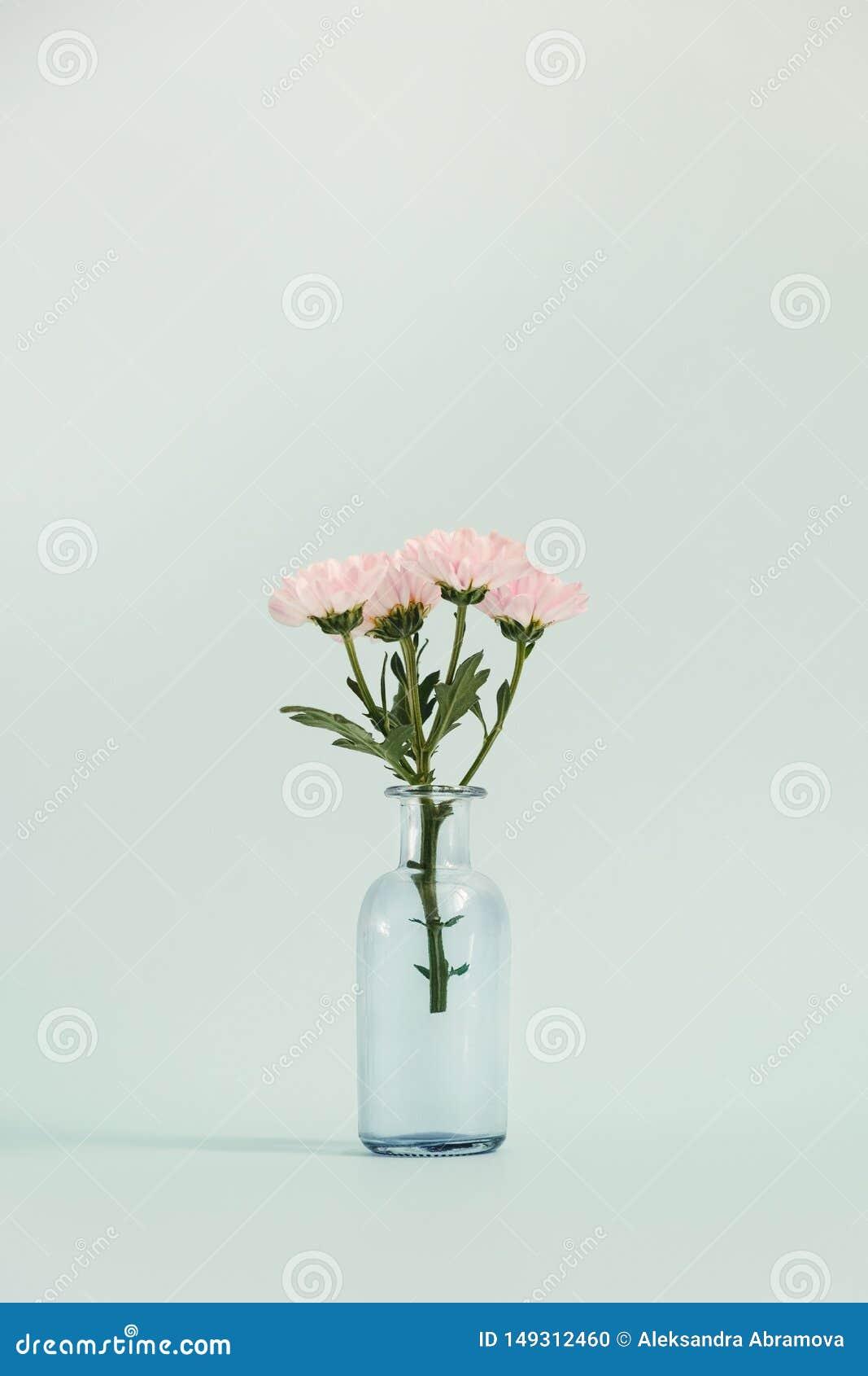 Βάζο γυαλιού με μια μικρή ανθοδέσμη