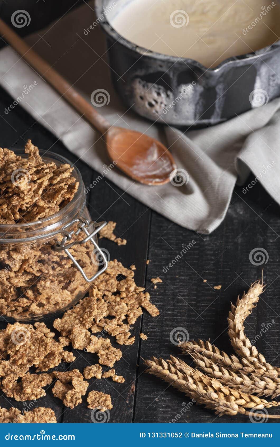 Βάζο γυαλιού με ολόκληρα τα δημητριακά και το γάλα σίτου