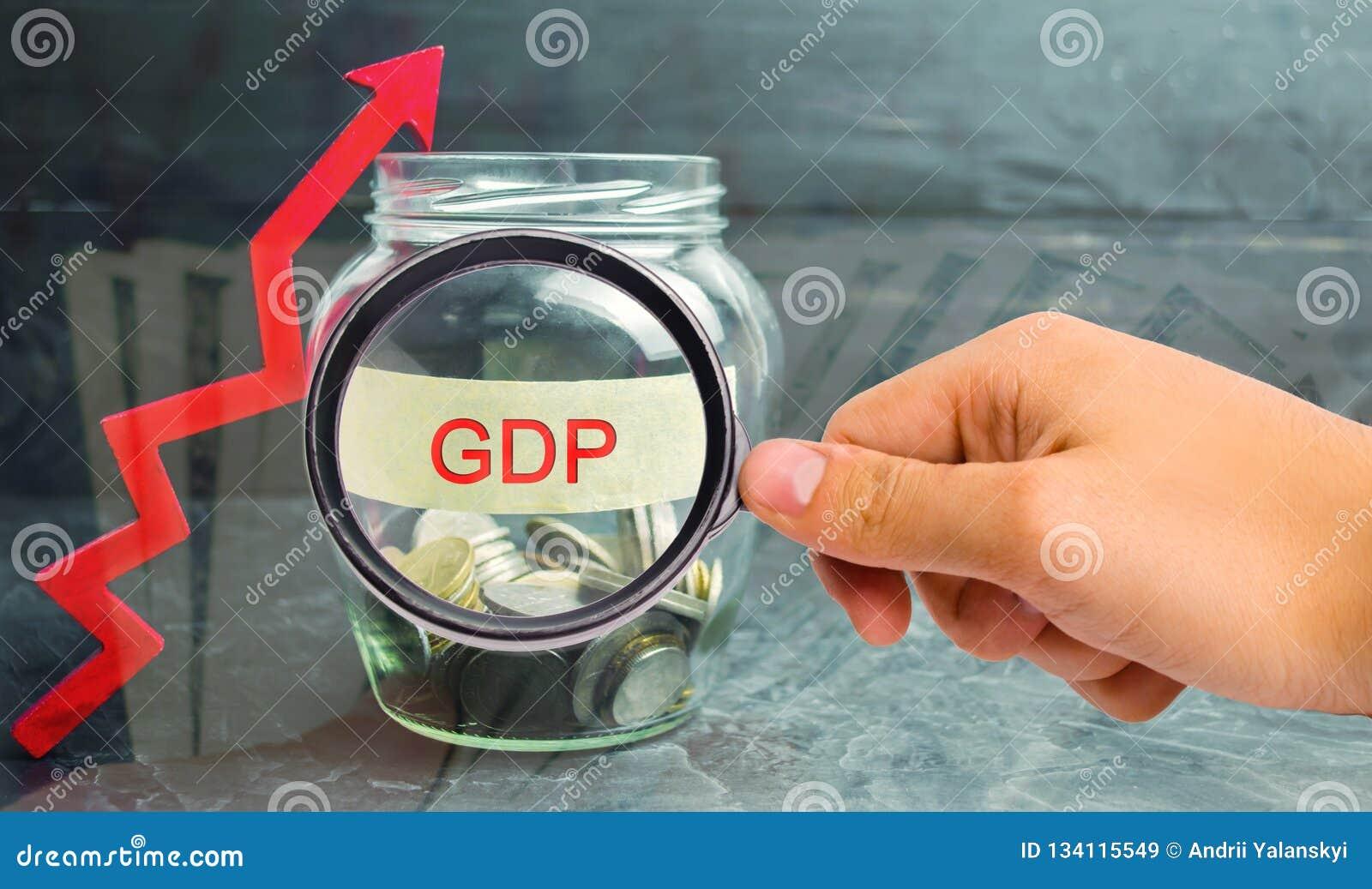 """Βάζο γυαλιού με τα νομίσματα και την επιγραφή """"ΑΕΠ """"και επάνω στο βέλος Επιχείρηση, οικονομική, χρηματοδότηση, μισθός, κρίση Οικο"""