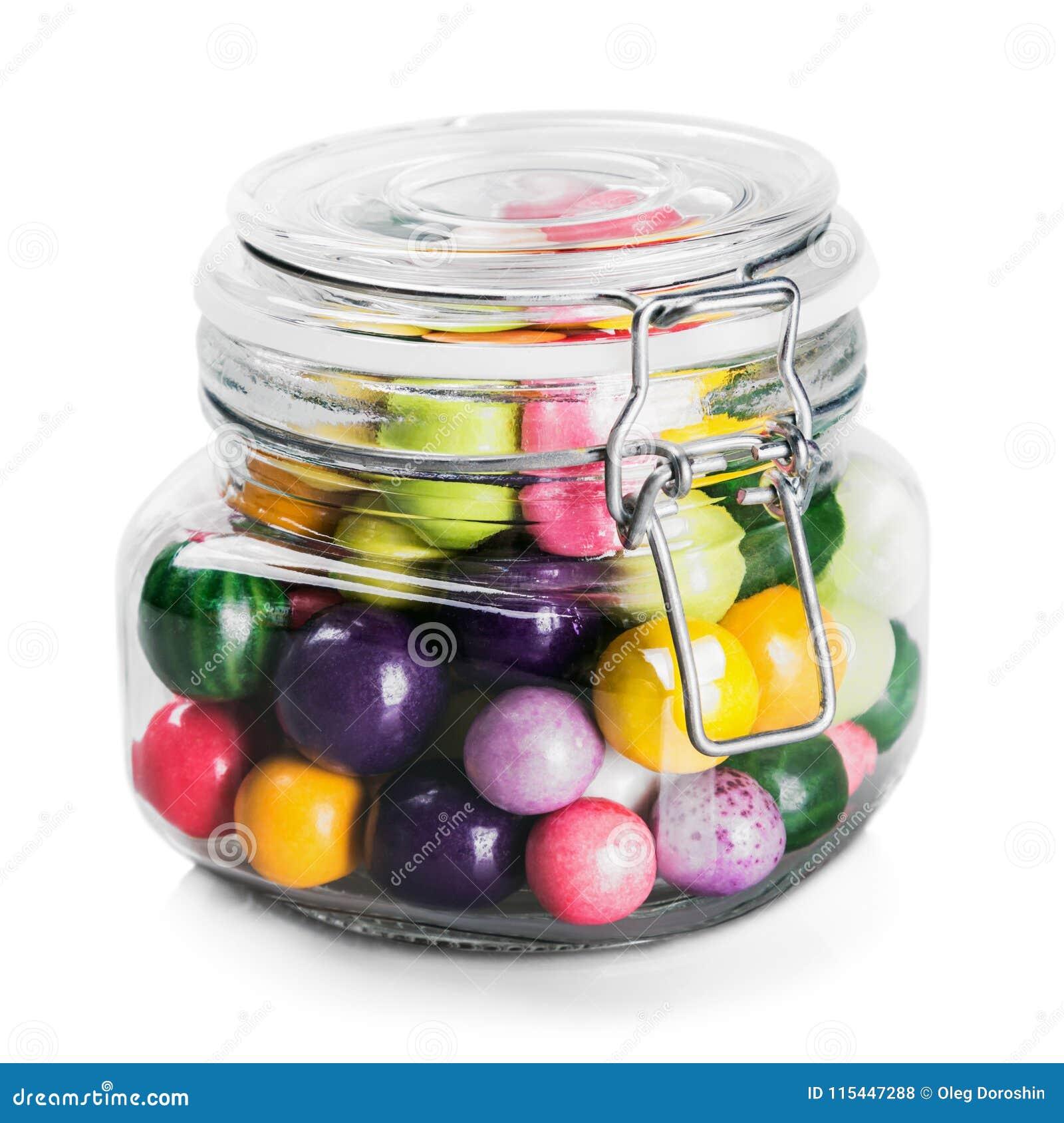 Βάζο γυαλιού τις πολύχρωμες καραμέλες που απομονώνονται με στο λευκό