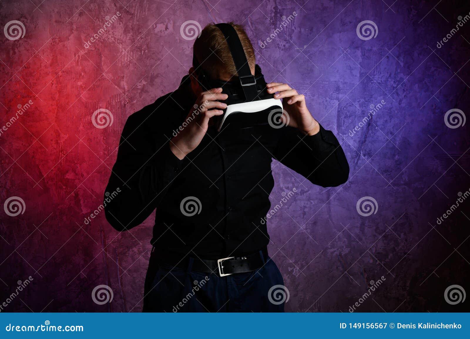 Βάναυσο άτομο που φορά τα προστατευτικά δίοπτρα εικονικής πραγματικότητας στο στούντιο Χρησιμοποίηση με την κάσκα VR