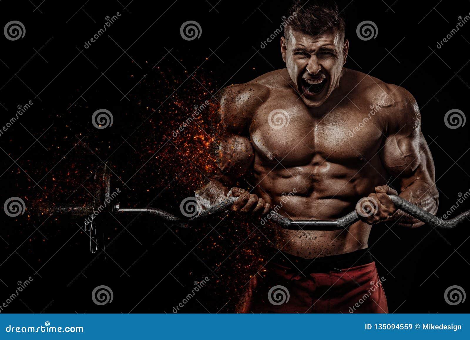 Βάναυσο ισχυρό μυϊκό αθλητικό άτομο bodybuilder που αντλεί επάνω τους μυς με το barbell στο μαύρο υπόβαθρο workout