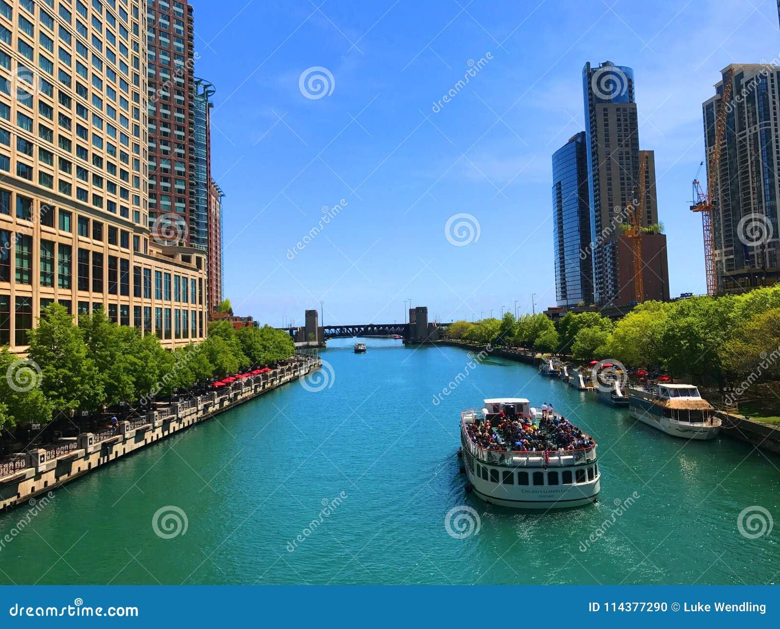 Βάρκα γύρου που ταξιδεύει στον ποταμό του Σικάγου