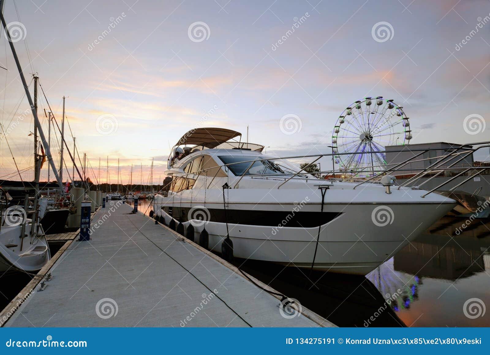 Βάρκα μηχανών που δένεται στο λιμάνι γιοτ, Kolobrzeg, Πολωνία