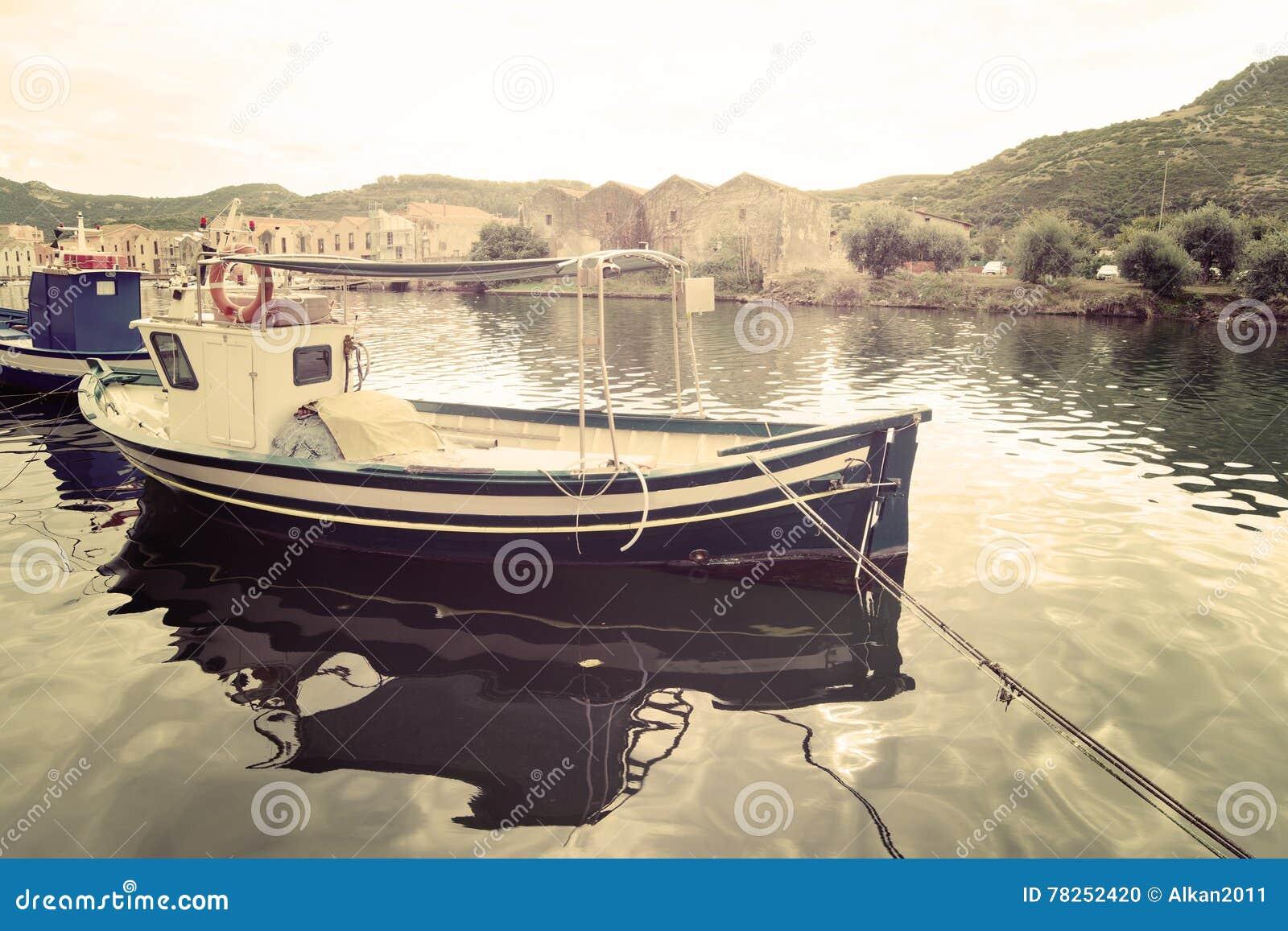 Βάρκα που δένεται στον ποταμό Temo
