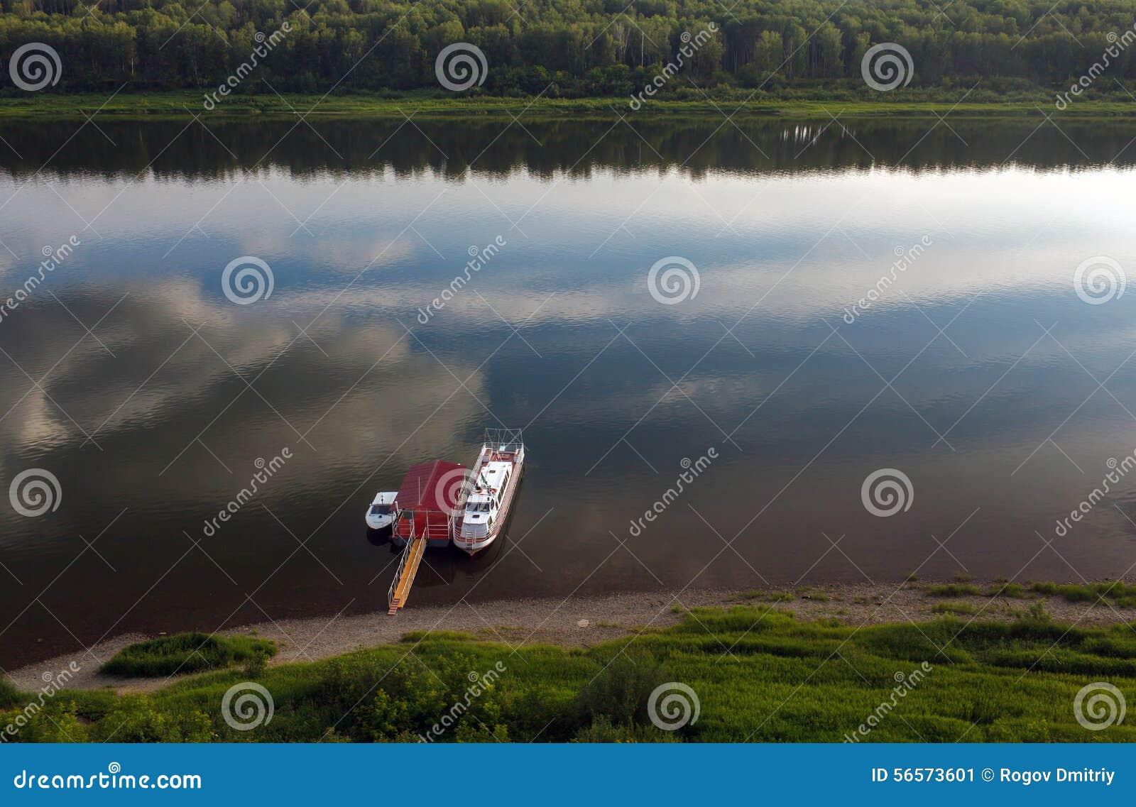 Download Βάρκα που δένεται τη θερινή ημέρα, ποταμός Στοκ Εικόνα - εικόνα από ικανότητα, ημέρα: 56573601