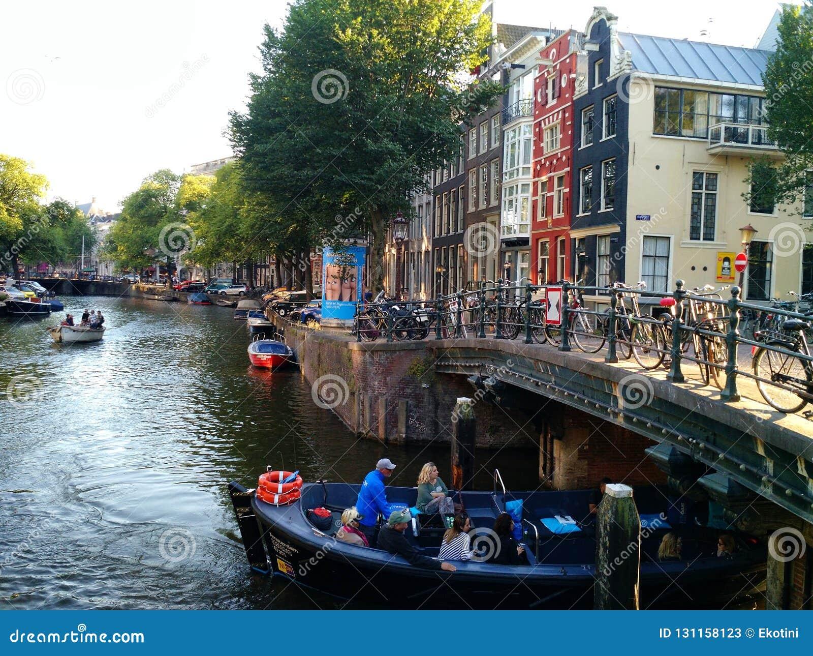 Βάρκα που πηγαίνει κάτω από τη γέφυρα, Άμστερνταμ