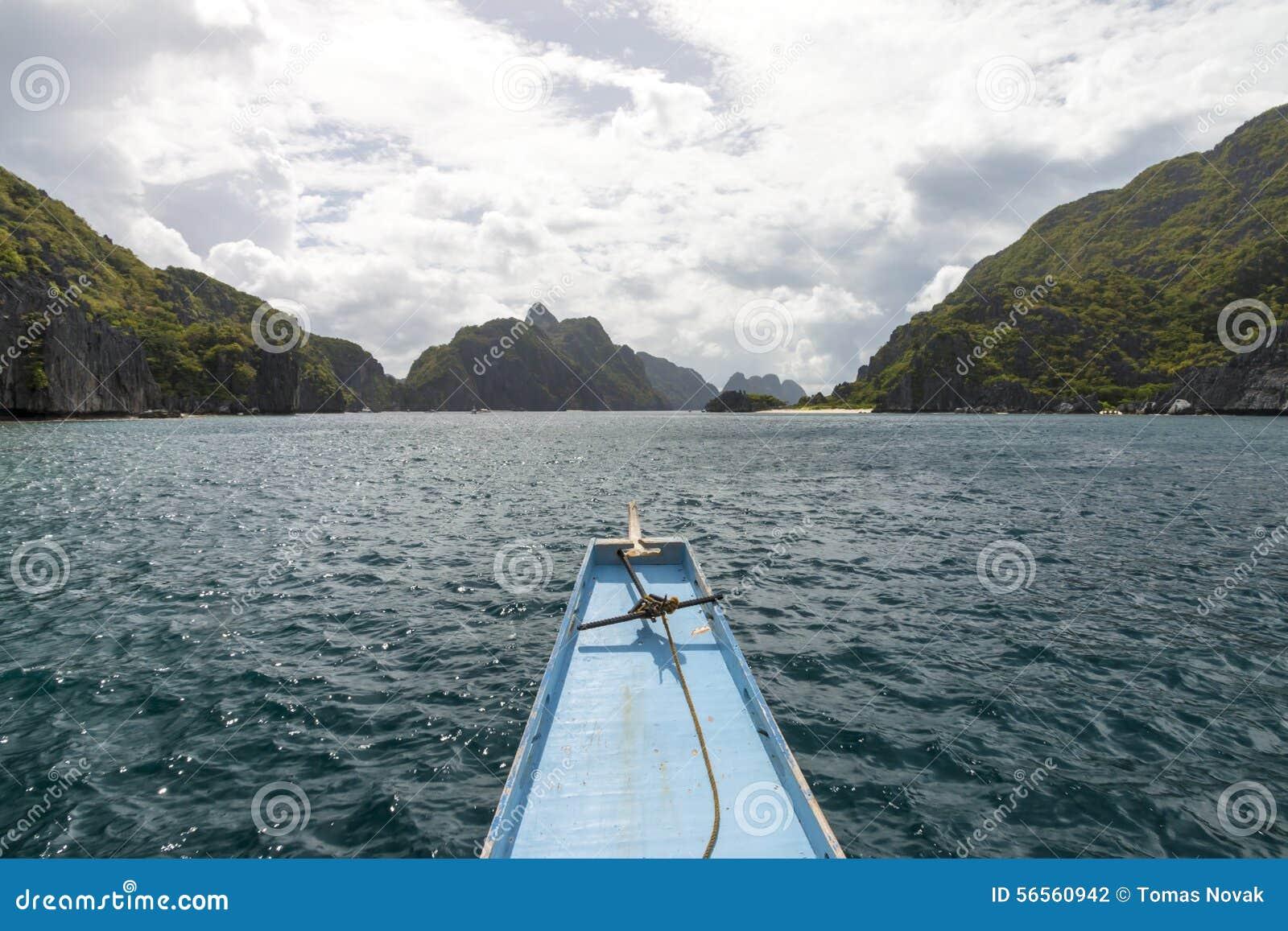 Download Βάρκα που πηγαίνει μεταξύ των πράσινων νησιών με τα δραματικά σύννεφα Στοκ Εικόνες - εικόνα από ειδυλλιακός, ωκεανός: 56560942