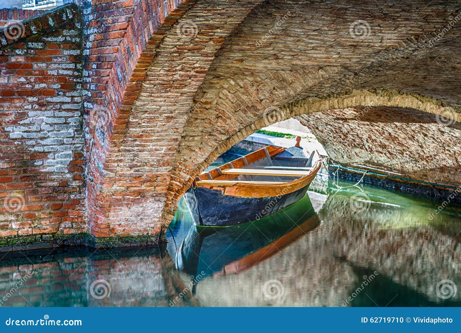 βάρκες και γέφυρες σε Comacchio, η μικρή Βενετία