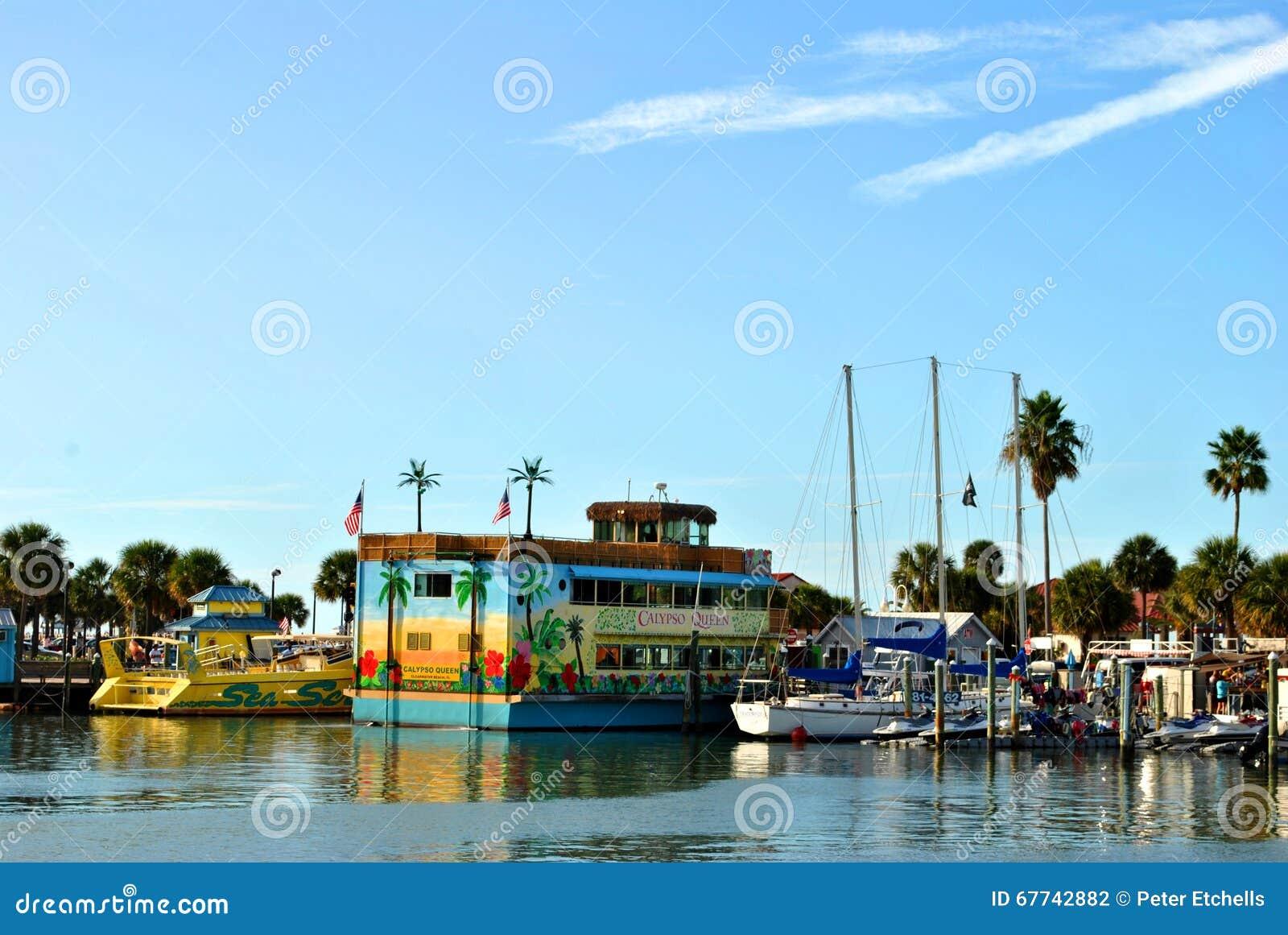 Βάρκες κρουαζιέρας τουριστών στο λιμάνι Φλώριδα παραλιών Clearwater