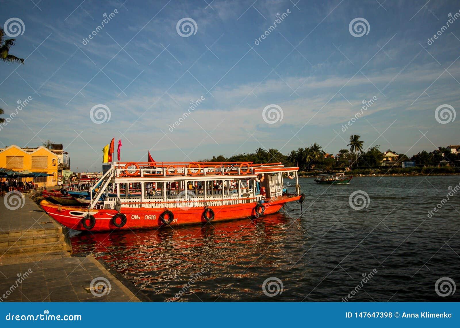 Βάρκες με τα μάτια σε Hoi, Βιετνάμ Μια δημοφιλείς ασιατικές μεταφορά και μια επίσκεψη τουριστών Hoi, Βιετνάμ, το Φεβρουάριο του 2