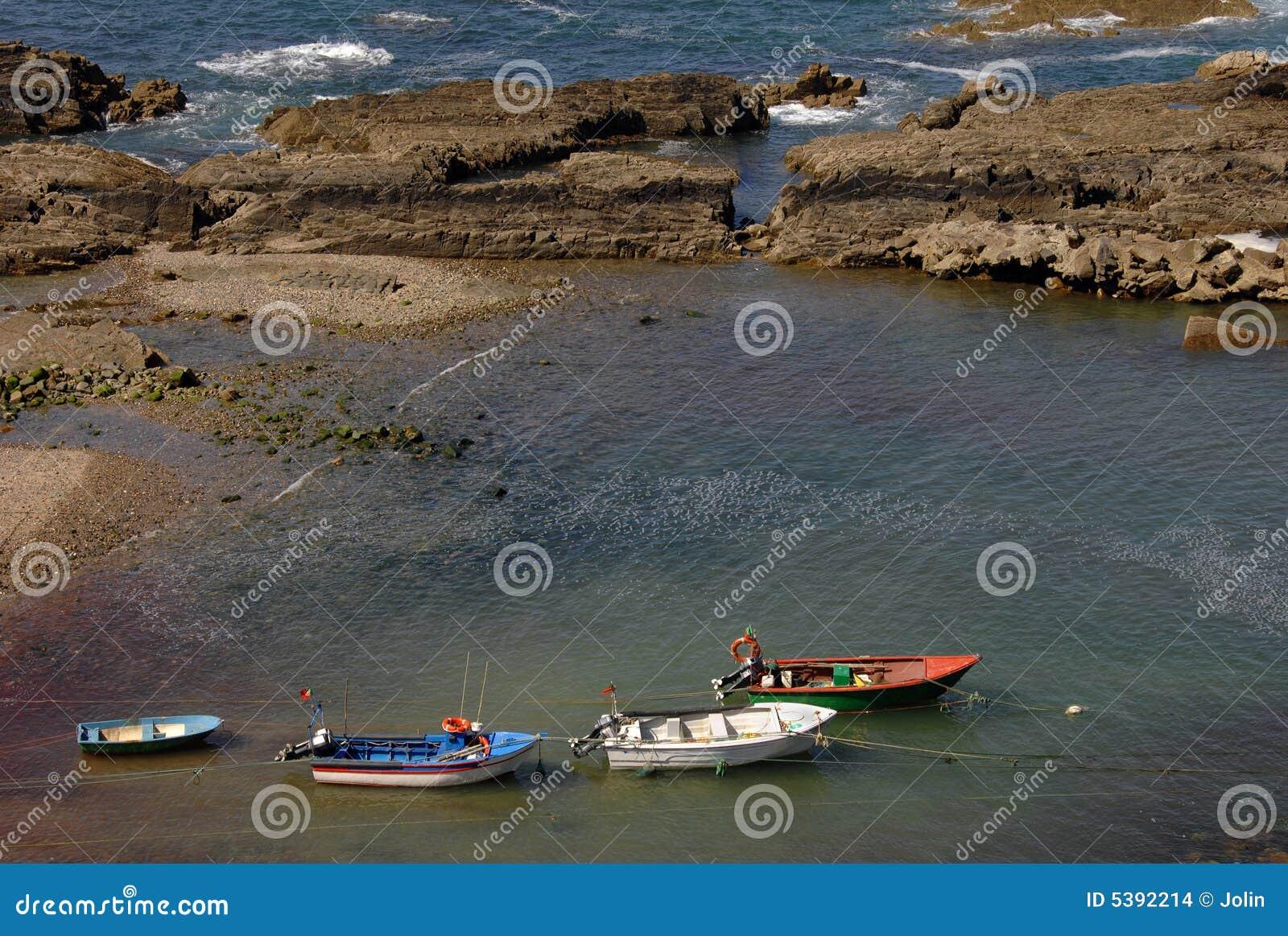 βάρκες που αλιεύουν μικρό παραδοσιακό