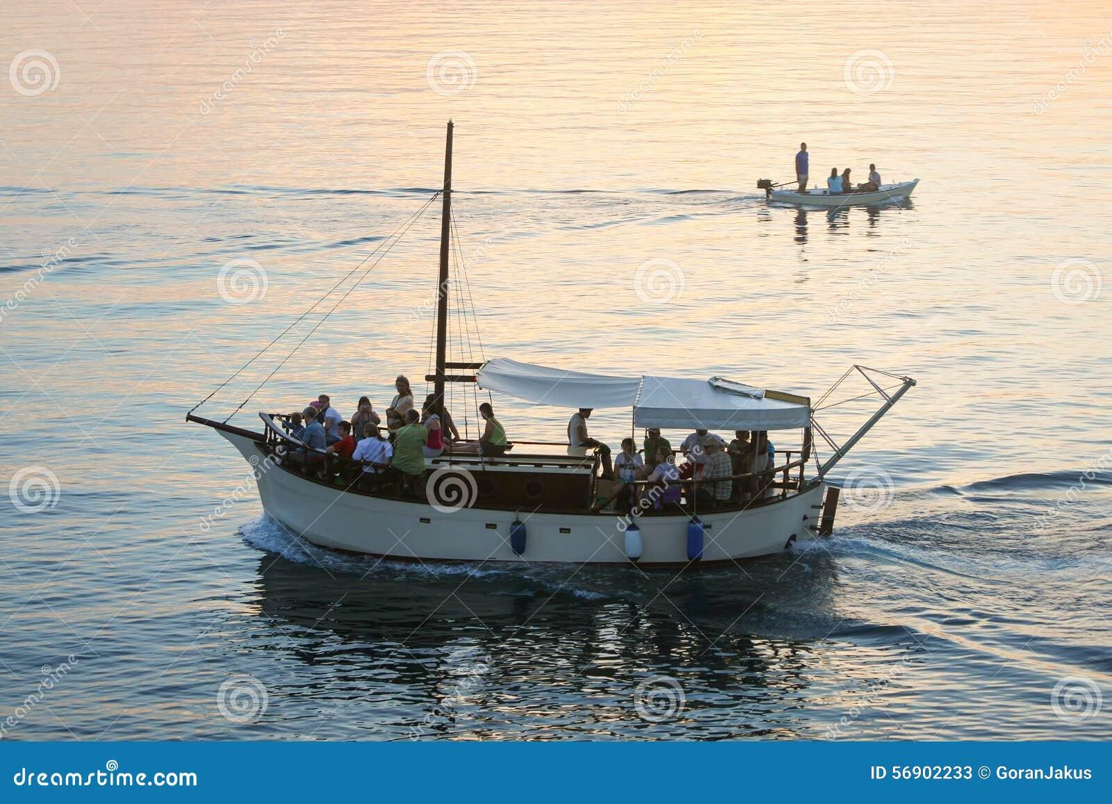 Βάρκες που πλέουν στο ηλιοβασίλεμα