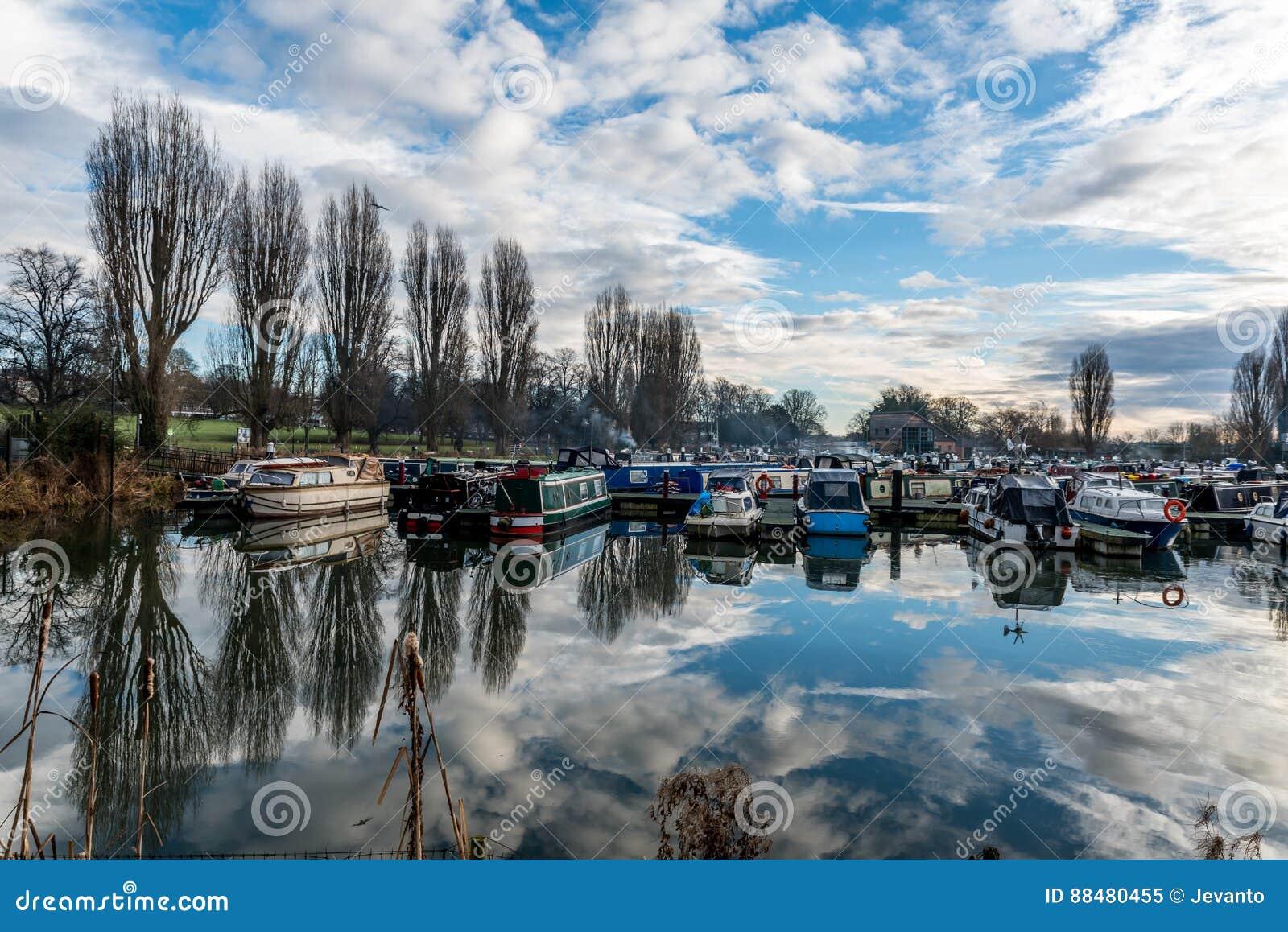 Βάρκες που σταθμεύουν στη μαρίνα στο Νόρθαμπτον