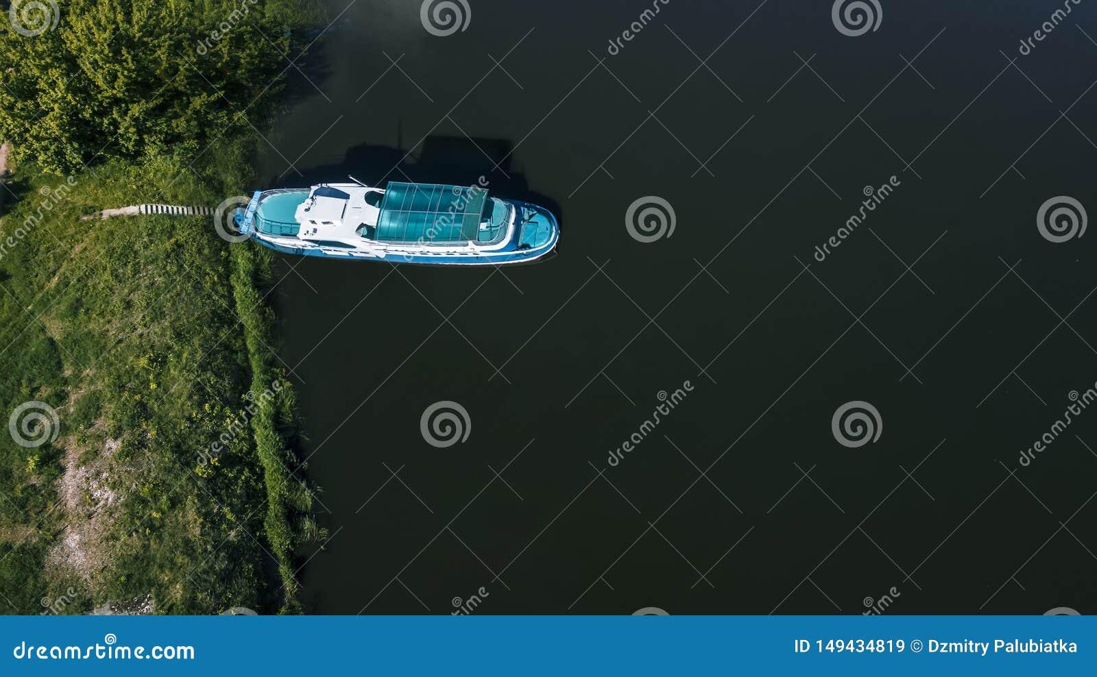 Βάρκες στην αποβάθρα στην εναέρια άποψη λιμνών