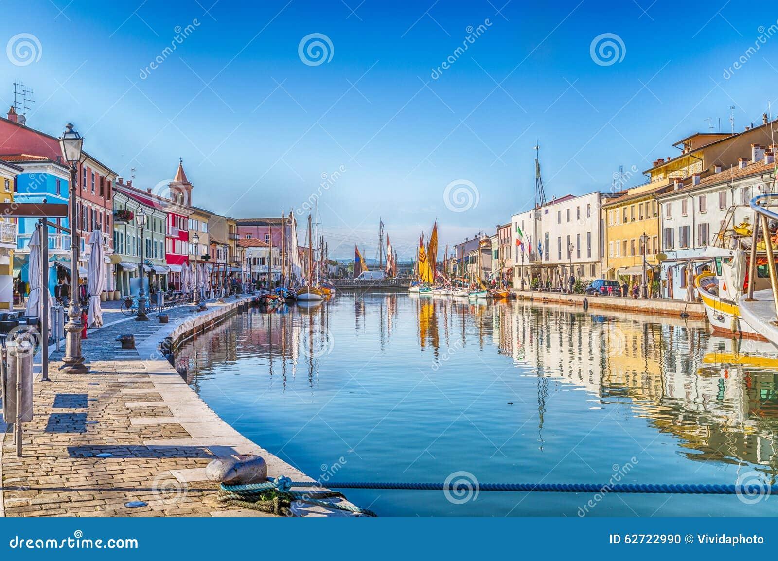 βάρκες στον ιταλικό λιμένα καναλιών