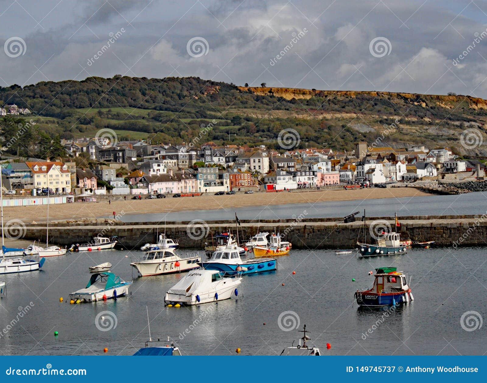 Βάρκες στο λιμάνι σε Lyme REGIS στο Dorset, Αγγλία