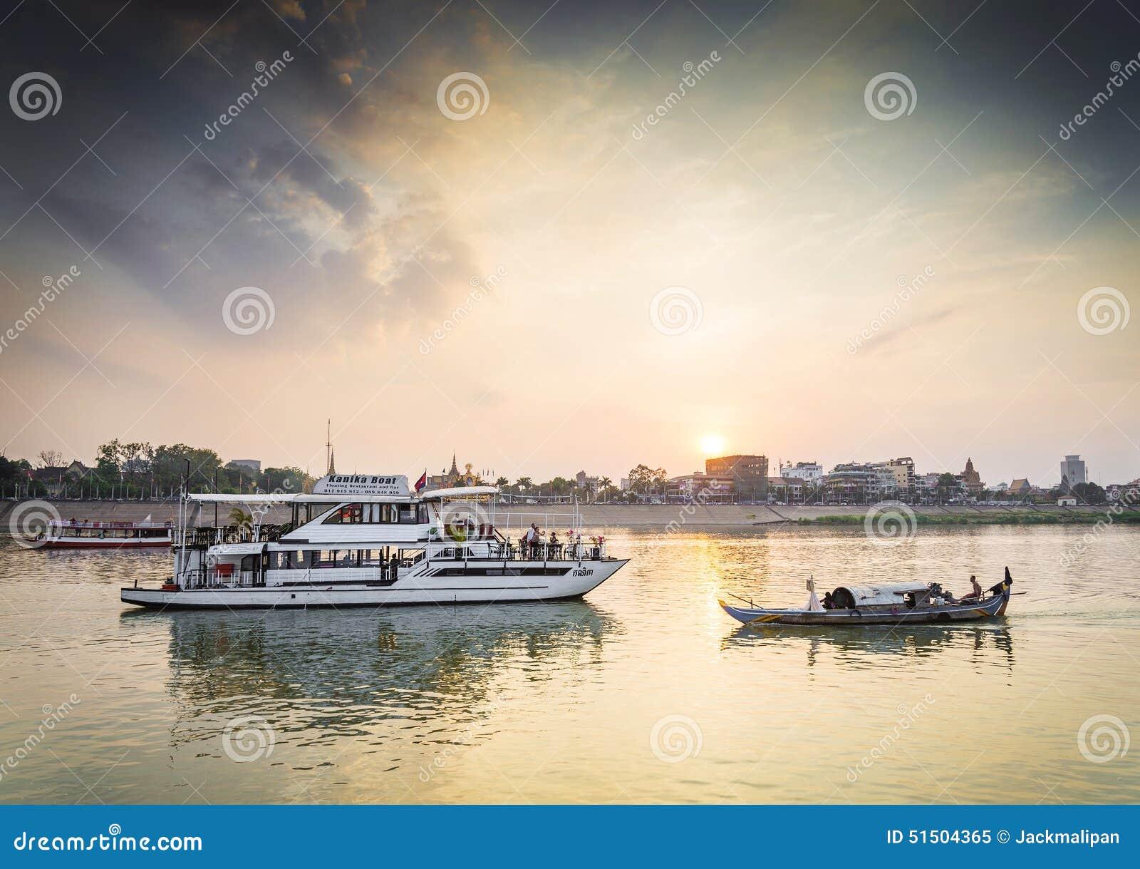 Βάρκες τουριστών στην κρουαζιέρα ηλιοβασιλέματος στον ποταμό της Καμπότζης phnom penh