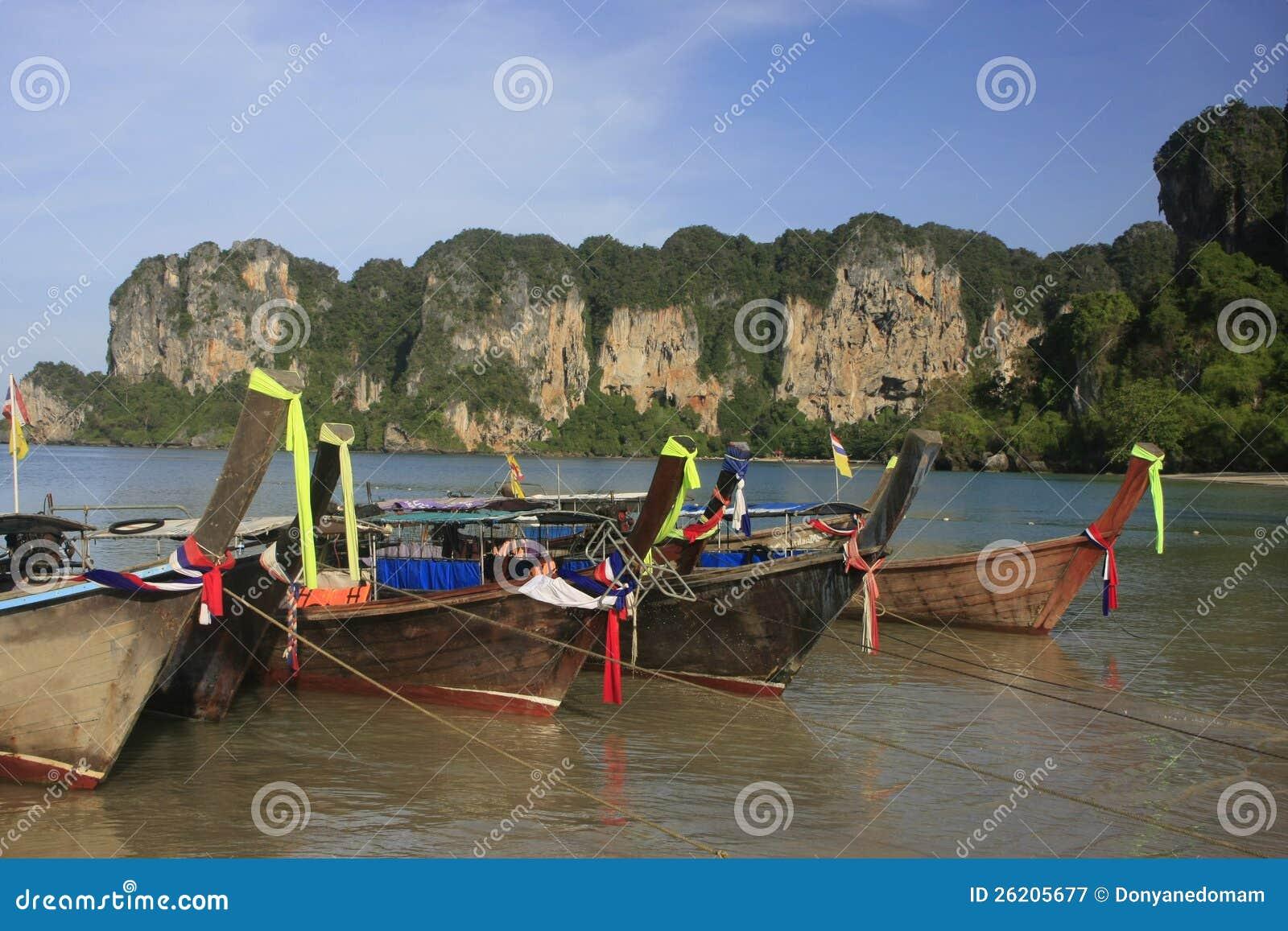 Βάρκες Longtail Railay στην παραλία, Krabi, Ταϊλάνδη