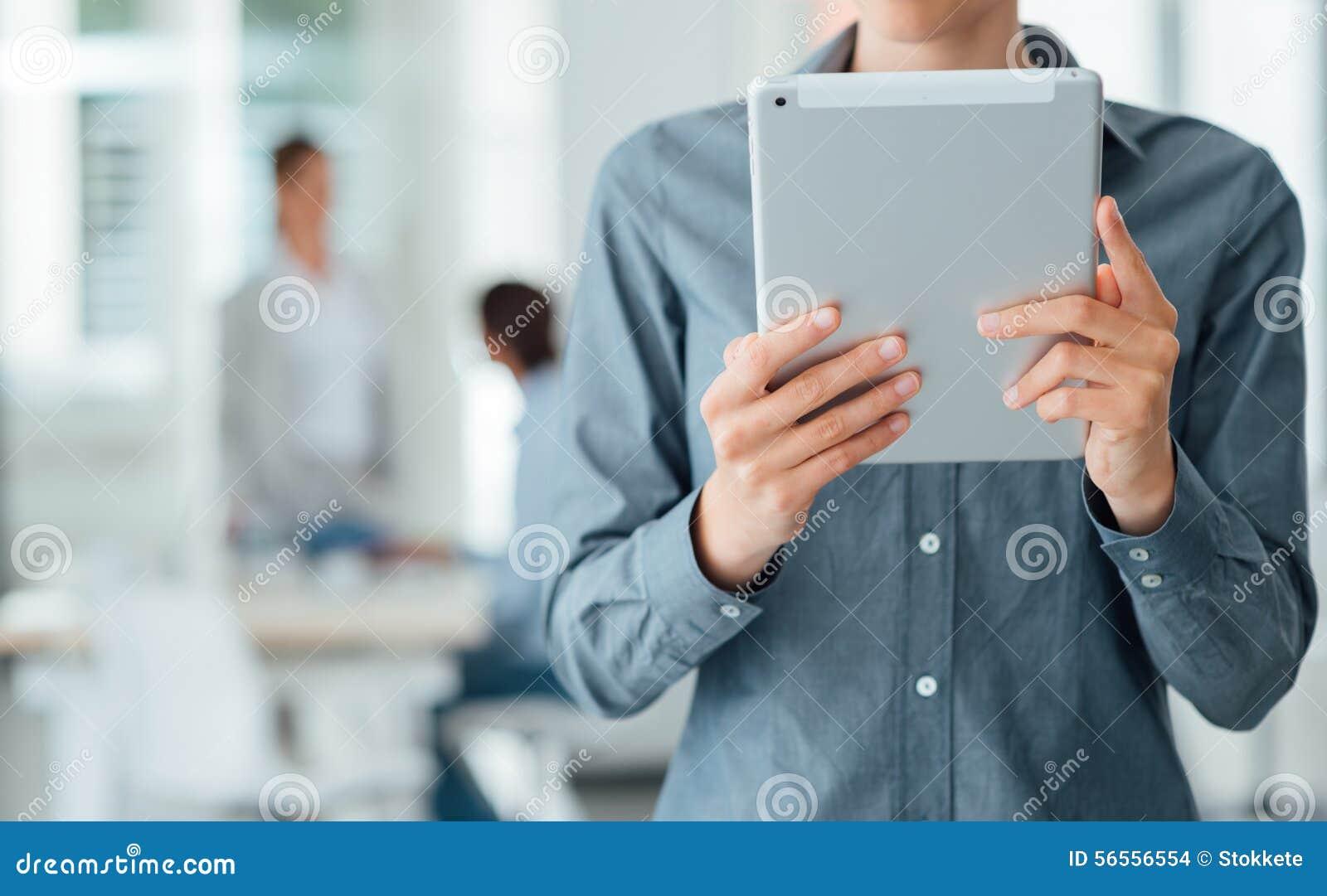 Download Βέβαια επιχειρησιακή γυναίκα που χρησιμοποιεί μια ταμπλέτα οθόνης αφής Στοκ Εικόνες - εικόνα από εσωτερικός, διαδίκτυο: 56556554