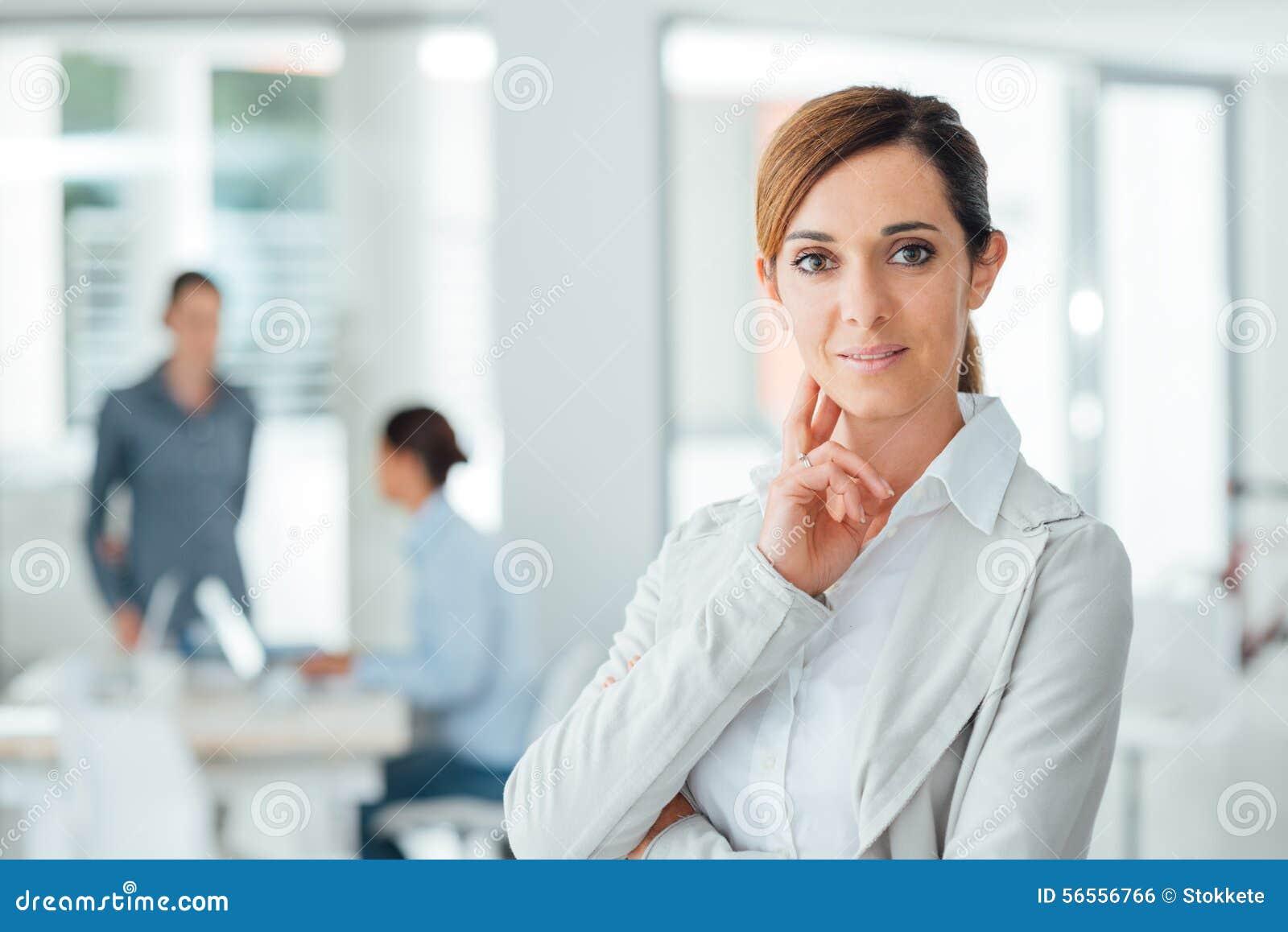 Download Βέβαια τοποθέτηση επιχειρηματιών γυναικών στο γραφείο της Στοκ Εικόνες - εικόνα από τοποθέτηση, τοποθέτησης: 56556766