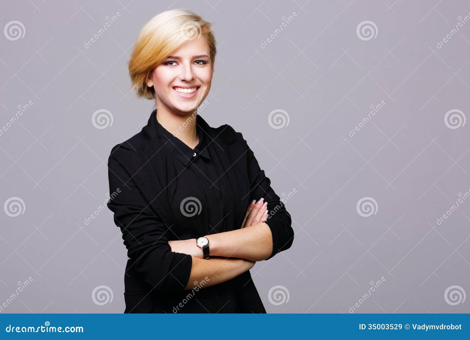 Βέβαια όμορφη νέα γυναίκα με τα όπλα που διπλώνονται
