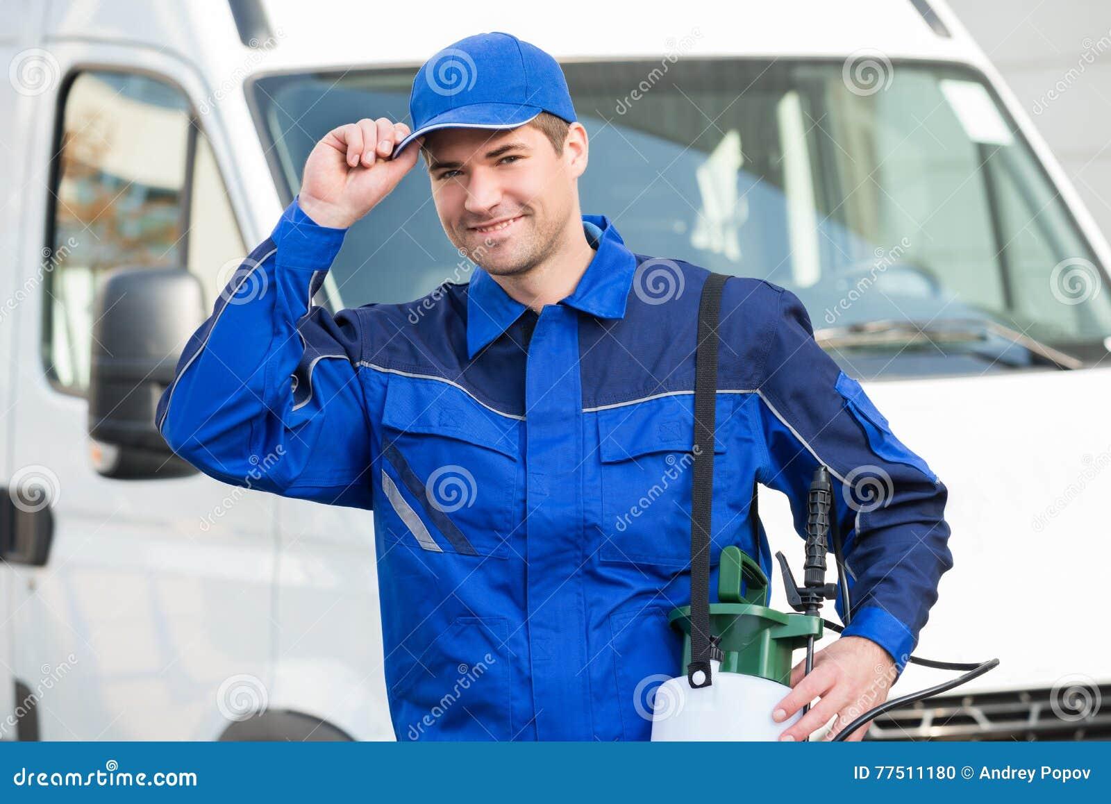 Βέβαιος εργαζόμενος ελέγχου παρασίτων που φορά την ΚΑΠ ενάντια στο φορτηγό