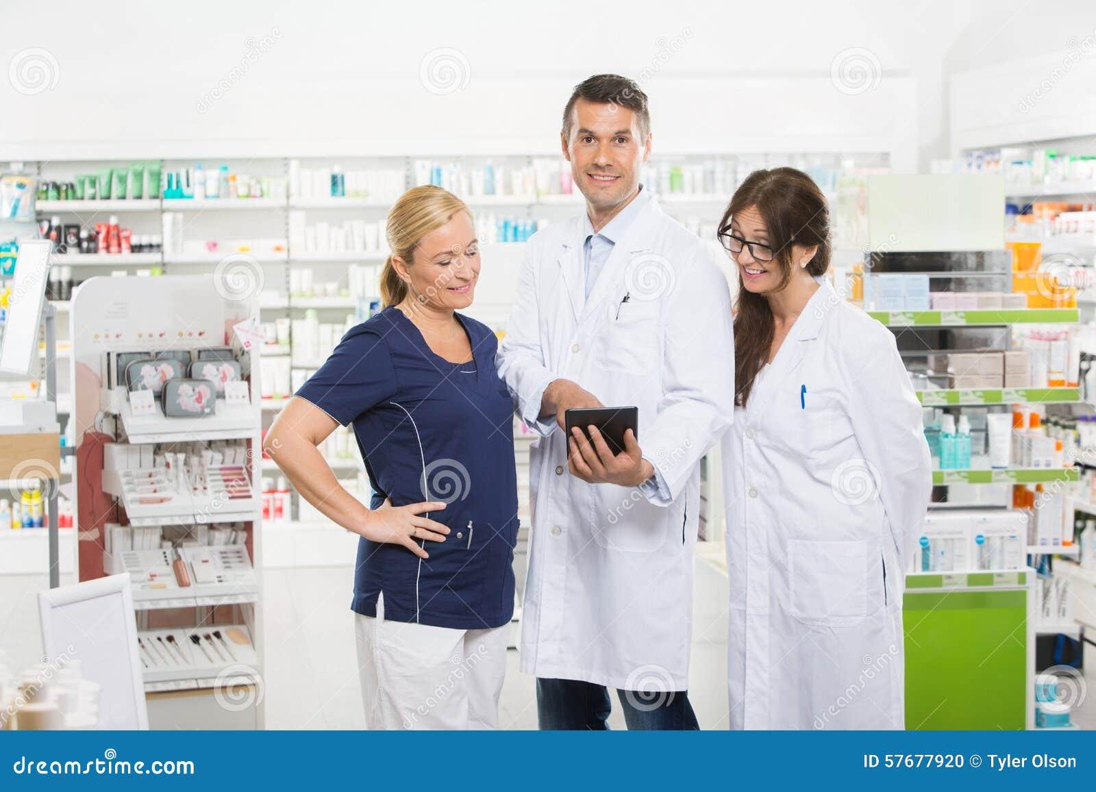 Βέβαιος φαρμακοποιός που χρησιμοποιεί την ψηφιακή ταμπλέτα με