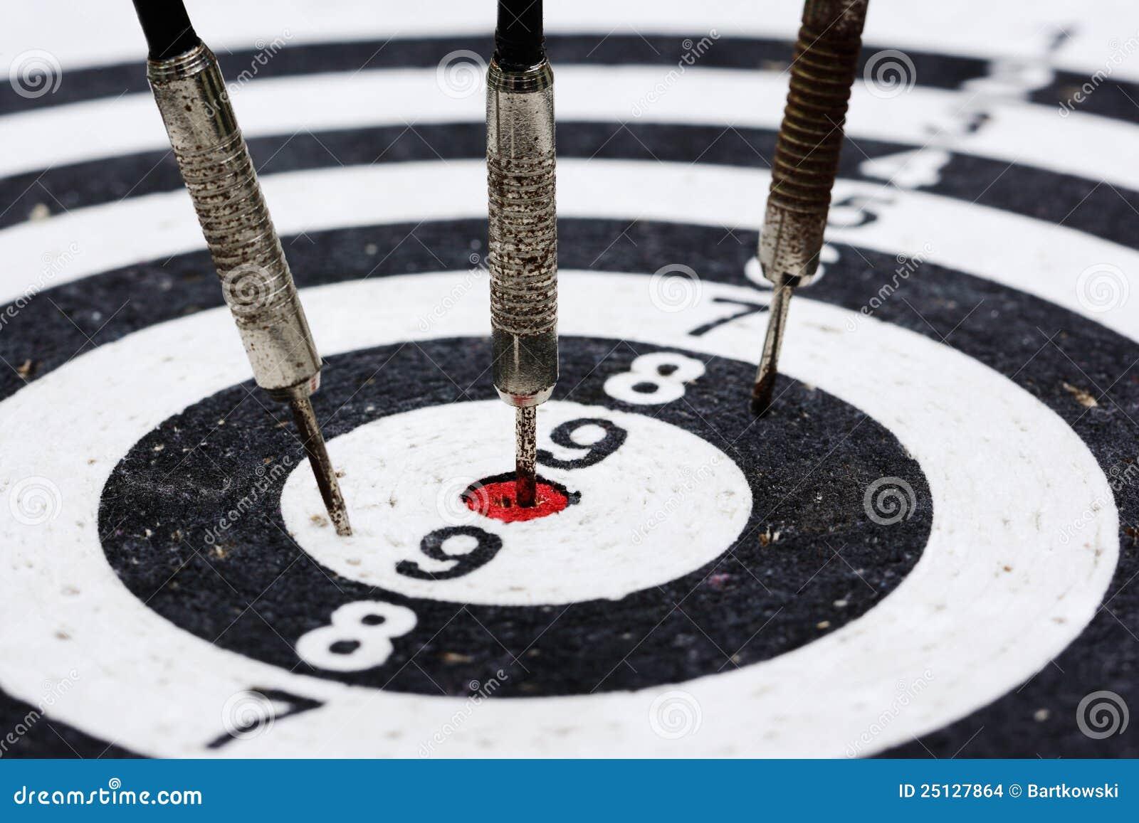 βέλη που χτυπούν τον παλαιό στόχο τρία