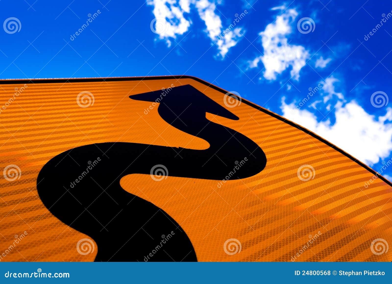 βέλος που δείχνει την επιτυχία οδικών σημαδιών επάνω κυματιστή