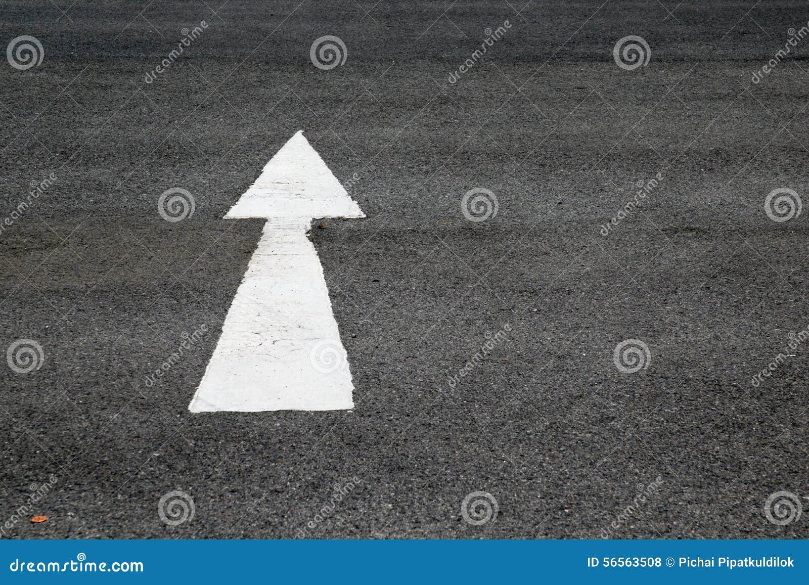 Download Βέλη που χρωματίζονται σε ένα πάτωμα τσιμέντου Στοκ Εικόνες - εικόνα από σύμβολο, σταυροδρόμια: 56563508