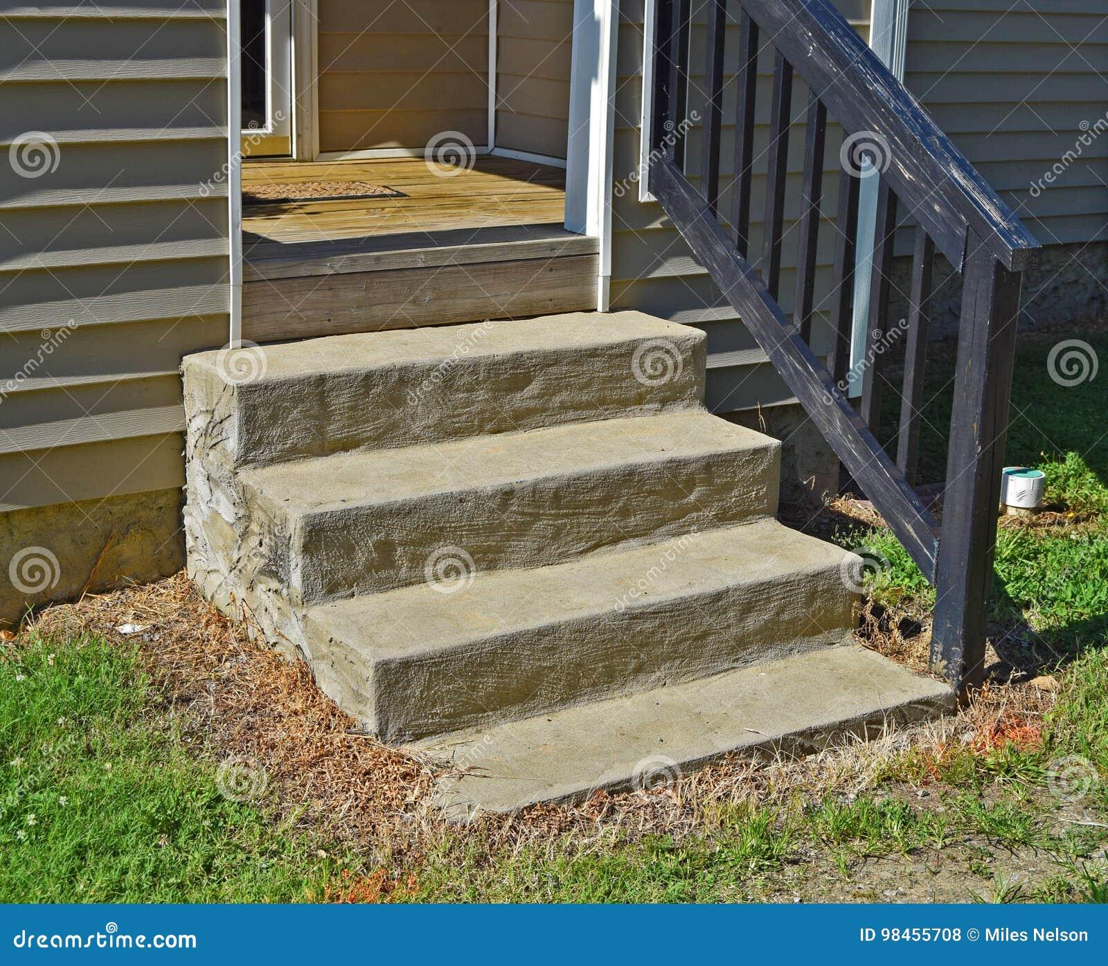 Βήματα τσιμέντου στο μέτωπο του σπιτιού