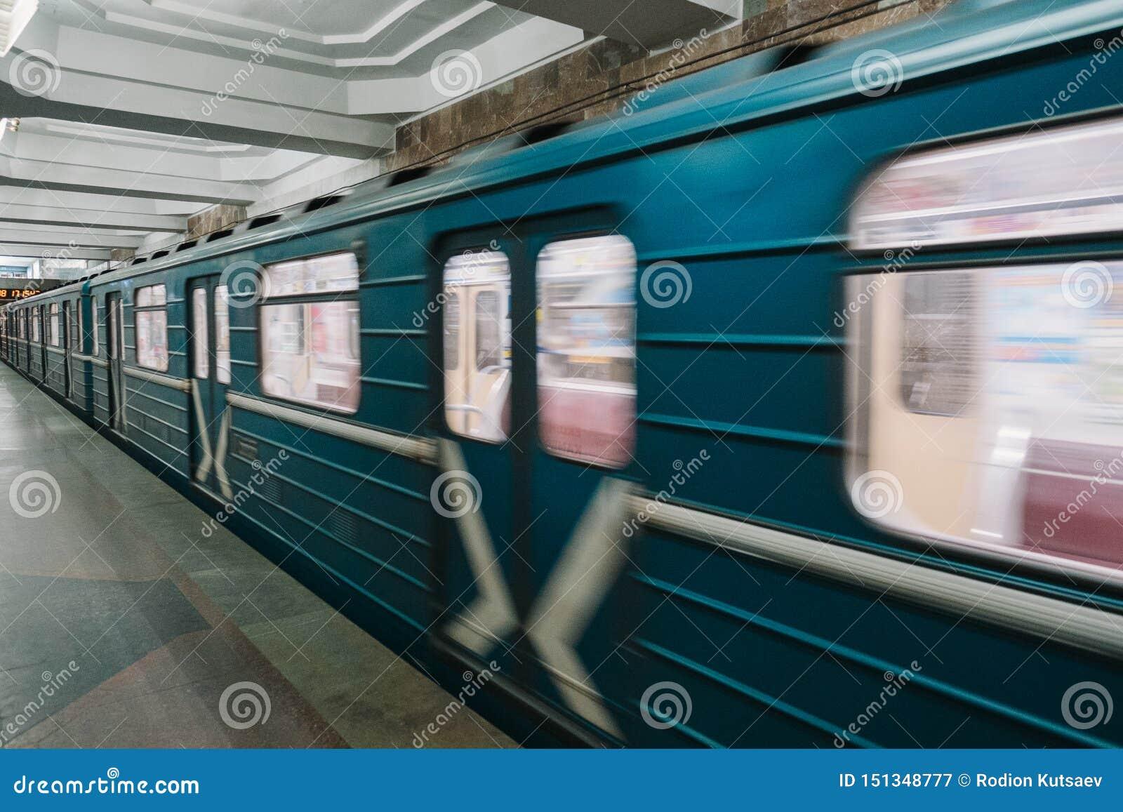 Βαγόνι εμπορευμάτων μετρό στη μετακίνηση στη υψηλή ταχύτητα, Kharkiv, Ουκρανία