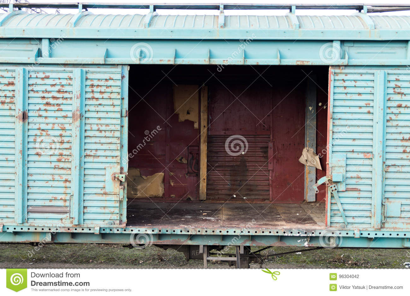Βαγόνι εμπορευμάτων με τις ανοιχτές πόρτες