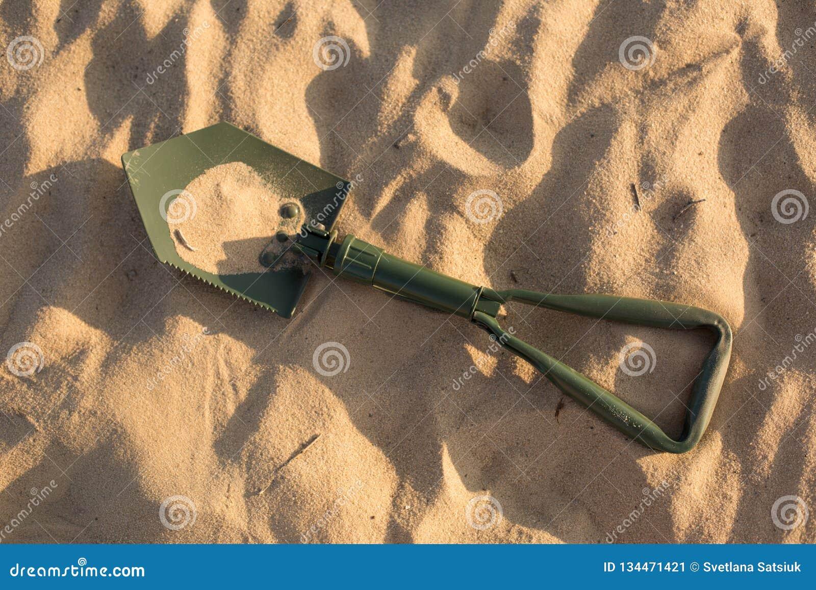 Βαδίζοντας φτυάρι φτυάρι άμμου πράσινο φτυάρι