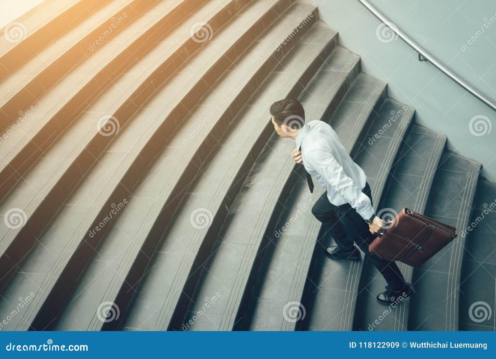 Βαλίτσα εκμετάλλευσης επιχειρηματιών και τρέξιμο στα σκαλοπάτια