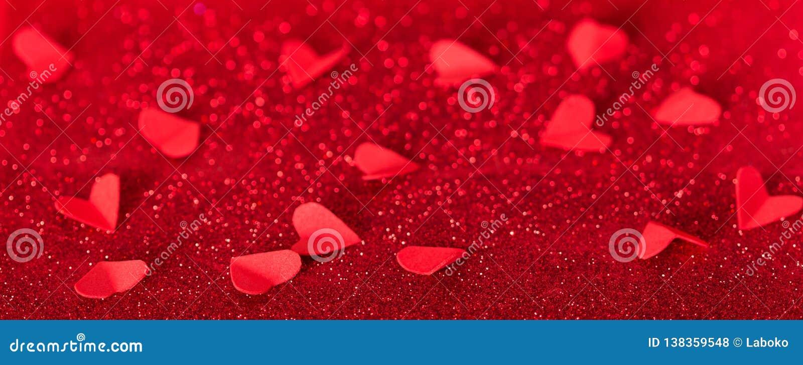 βαλεντίνος ημέρας s Πολλές κόκκινες καρδιές στο υπόβαθρο των λάμποντας κρυστάλλων